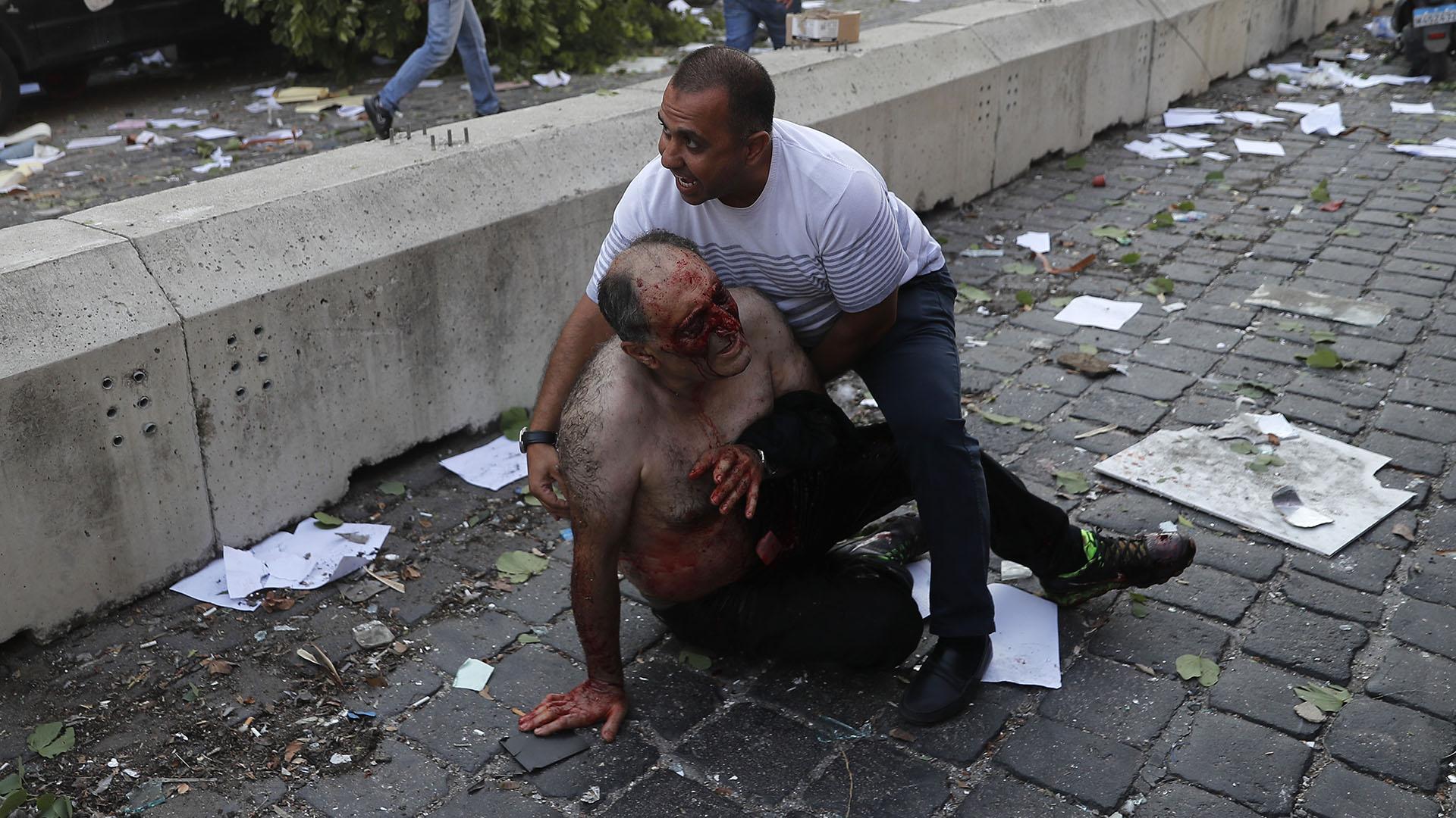 Reporteros en el lugar informan de personas ensangrentadas y otras atrapadas bajo los escombros (AP)