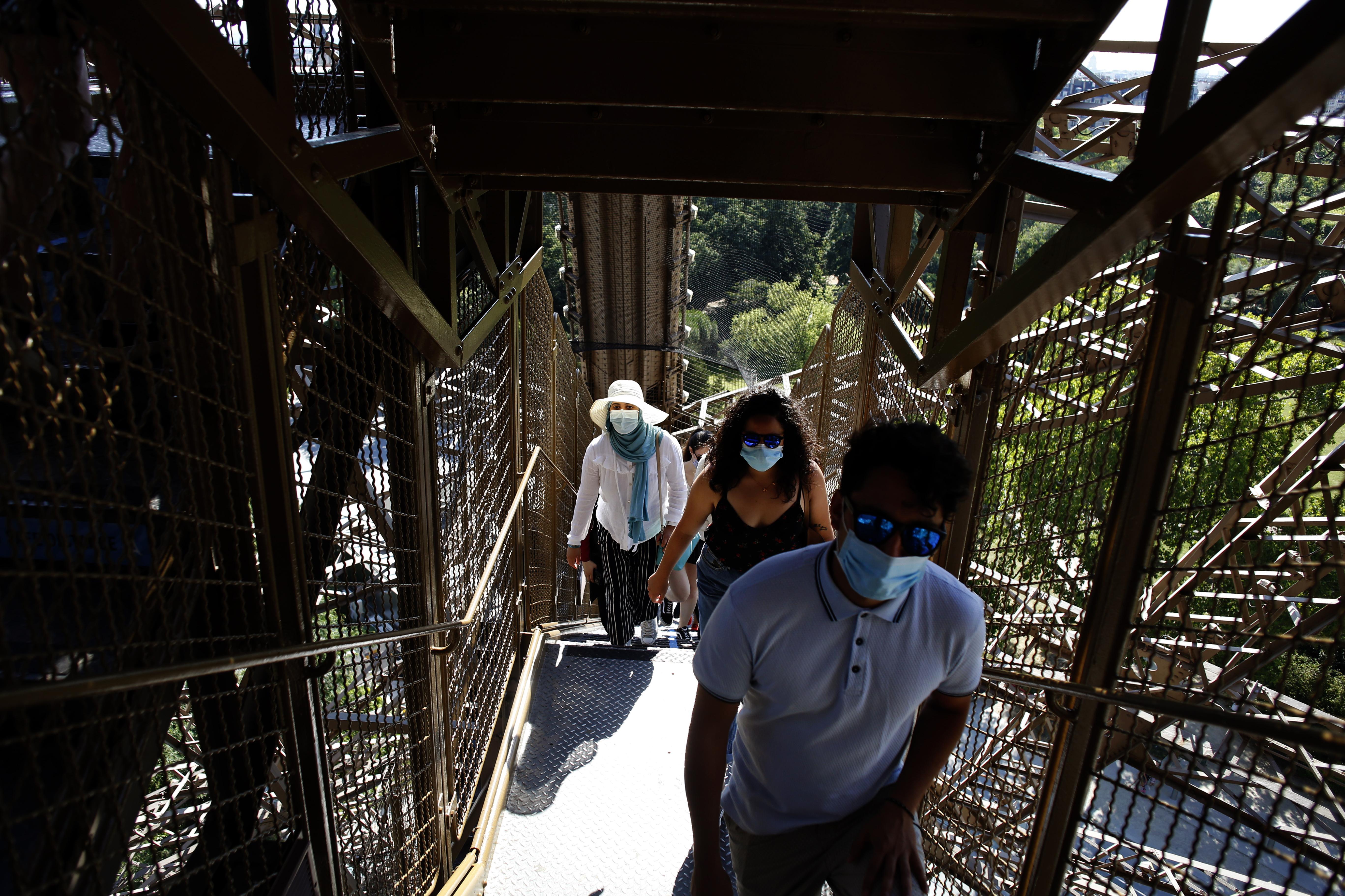 Personas subiendo las escalaras de la Torre. La Torre Eiffel es el monumento más famoso de París visitado anualmente por siete millones de personas, (AP /Thibault Camus)