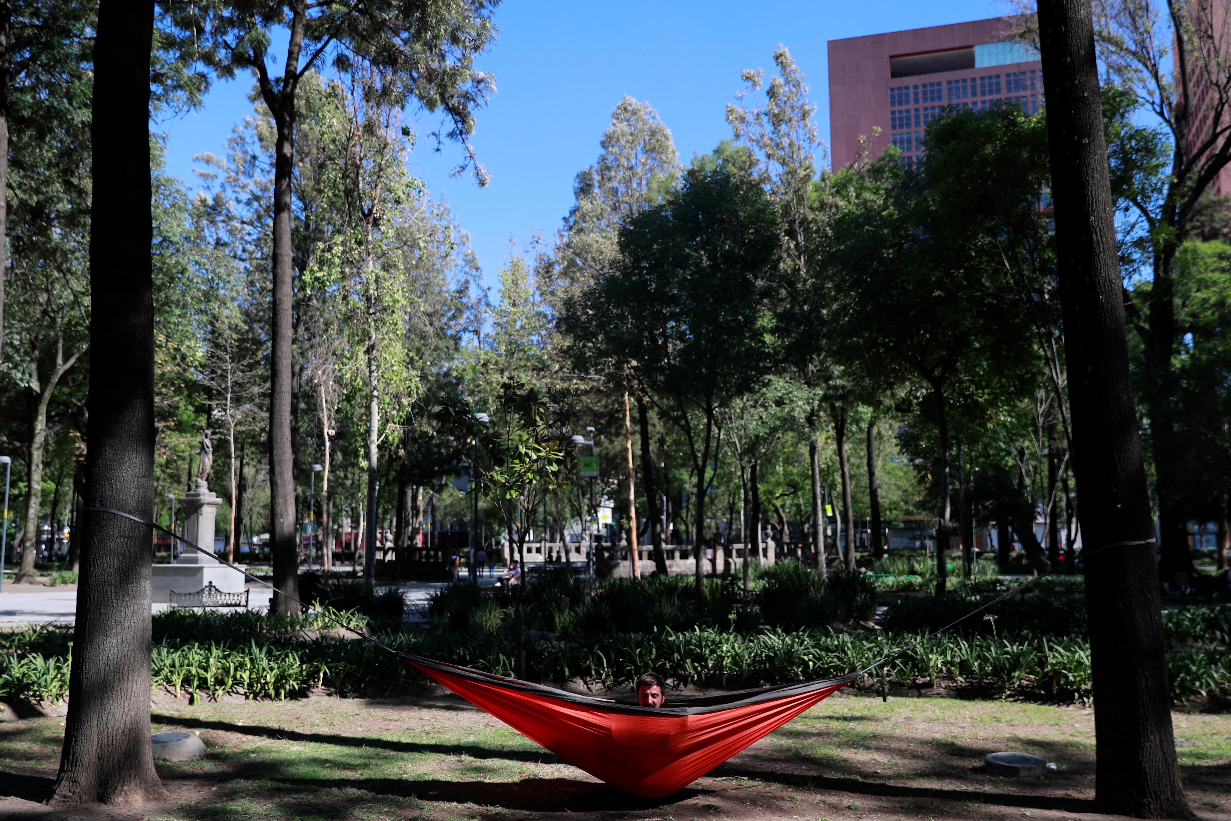 Un hombre se sienta en su hamaca en el Parque Central de la Alameda después de que fue reabierta al público mientras el brote de la enfermedad por coronavirus (COVID-19) continúa en la Ciudad de México, México, 14 de junio de 2020. Foto: Reuters.