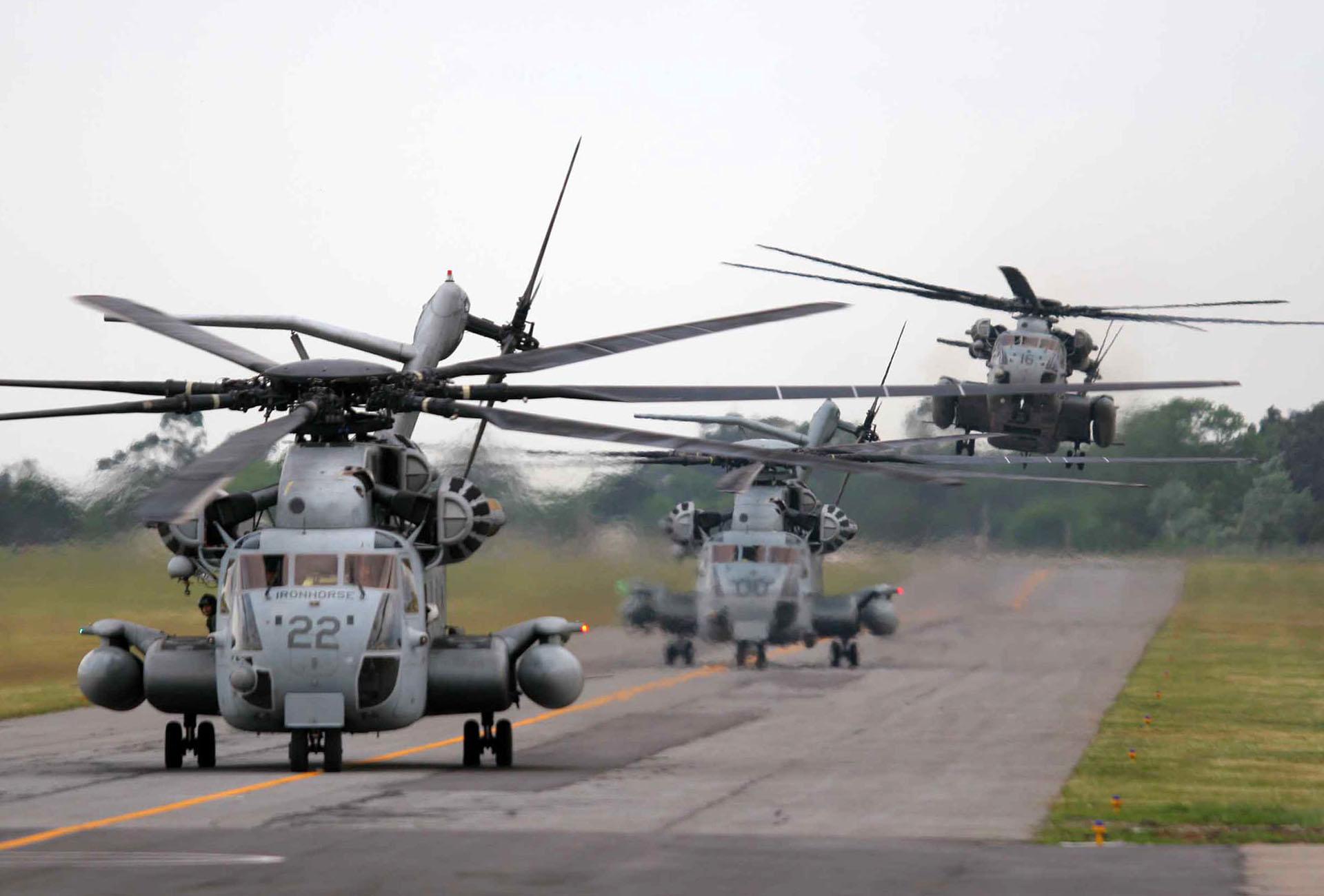 Helicópteros norteamericanos realizan maniobras previas a la llegada del presidente Gorge W. Bush
