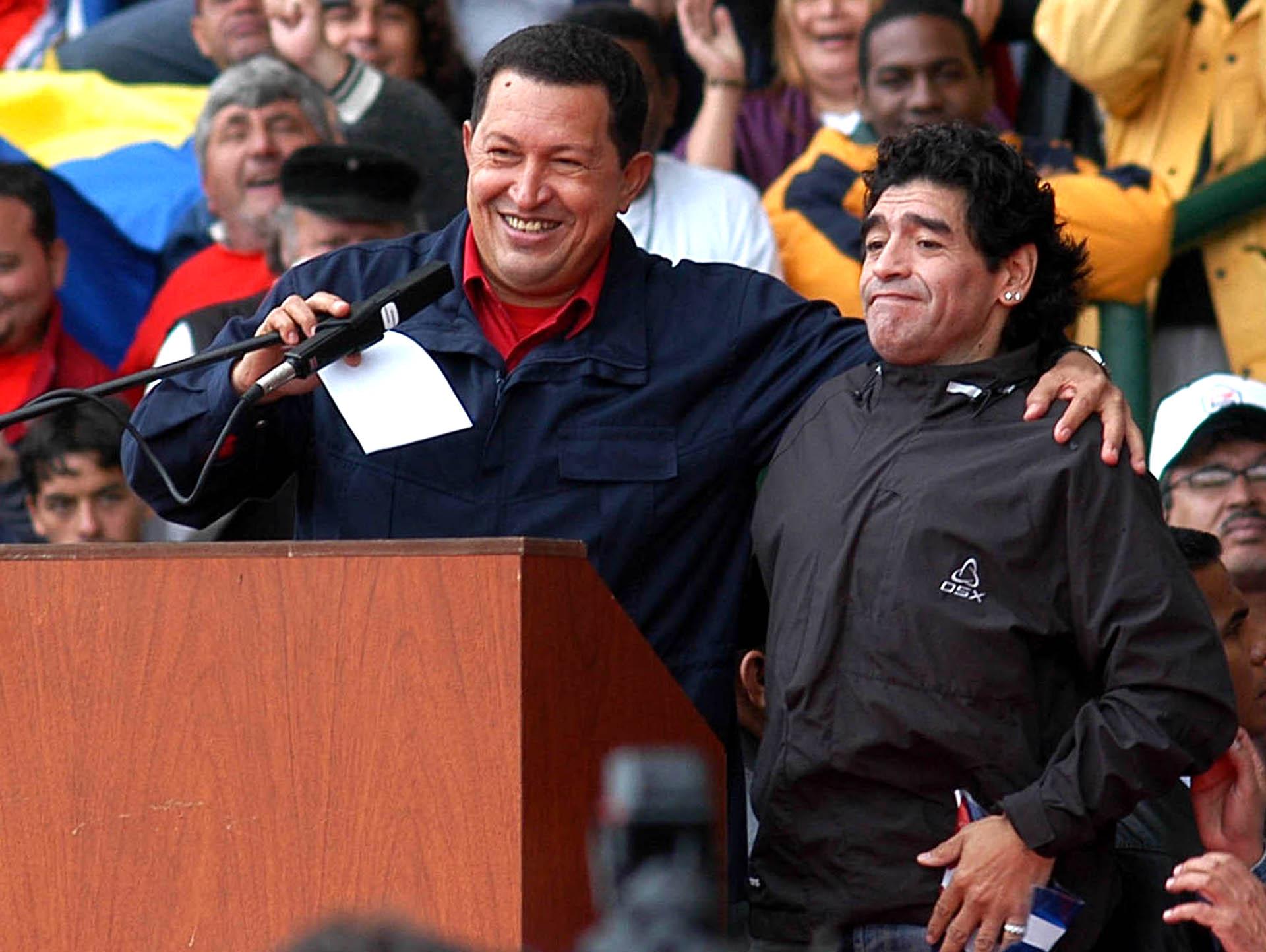 El presidente de Venezuela, Hugo Chavez, abraza a Diego Maradona durante el acto de la Cumbre de los Pueblos -la contramarcha- que se realizó en el estadio mundialista de Mar del Plata