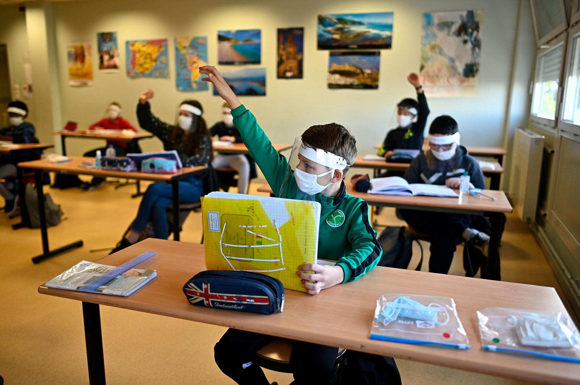 Niños en clase en la escuela Claude Debussy de Angers, al oeste de Francia.