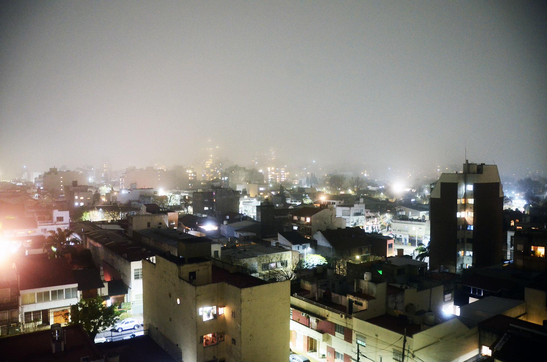 La neblina y la niebla son nubes a ras de piso con finísmas gotas de agua en suspensión