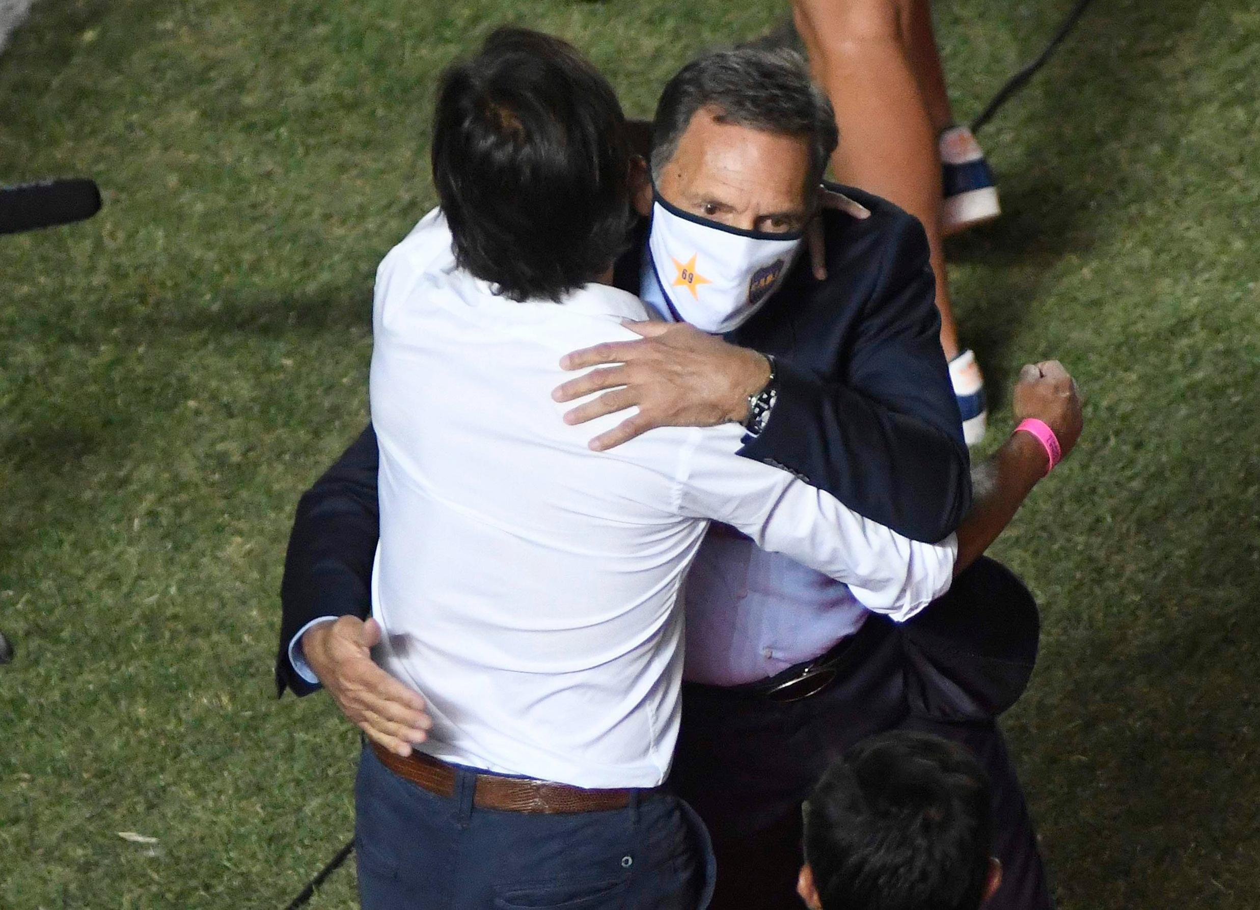 El abrazo entre Miguel Ángel Russo y Archu Sanguinetti en el umbral del partido