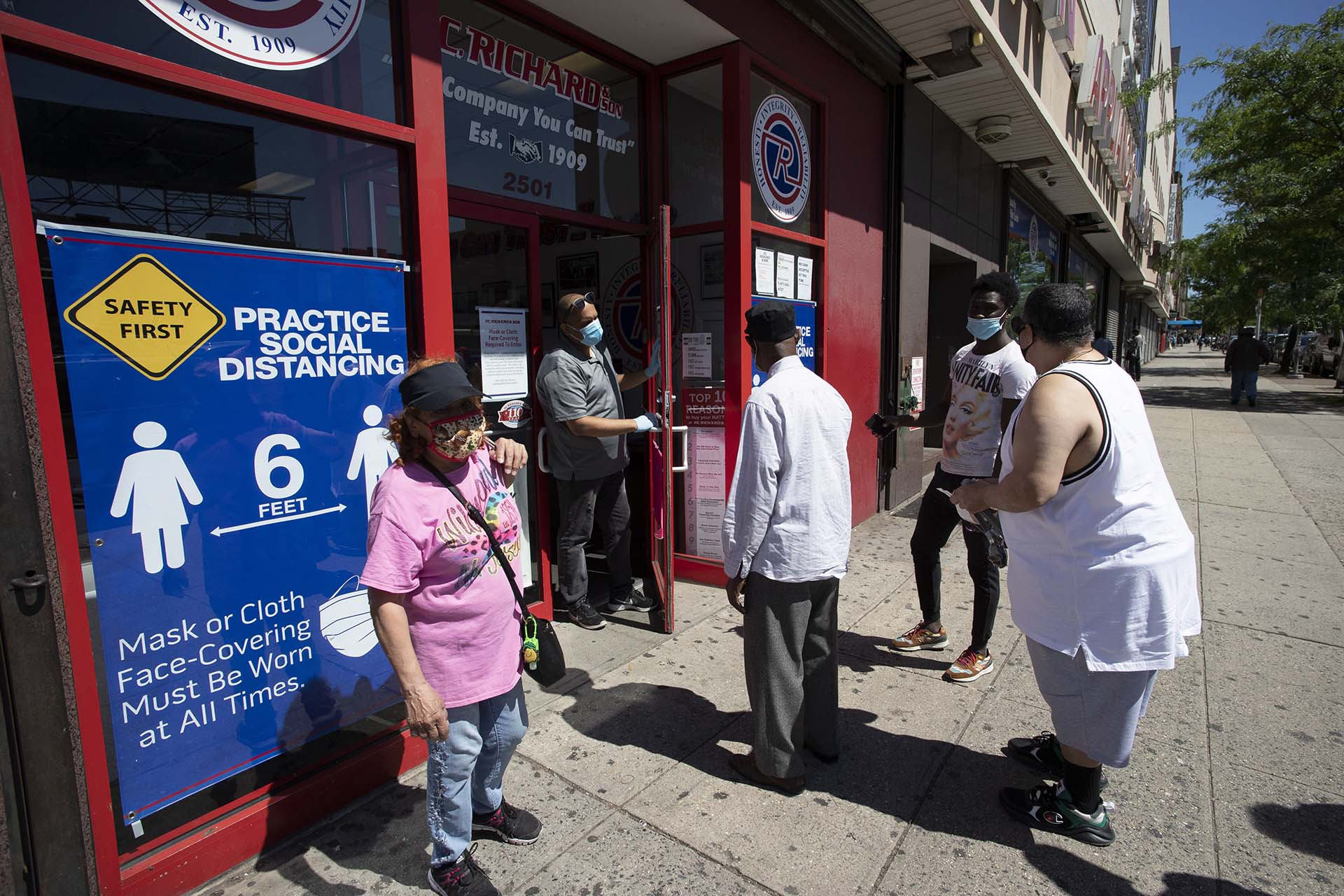 Clientes ingresan al negocio de electrónica P.C. Richard and Son en el Bronx