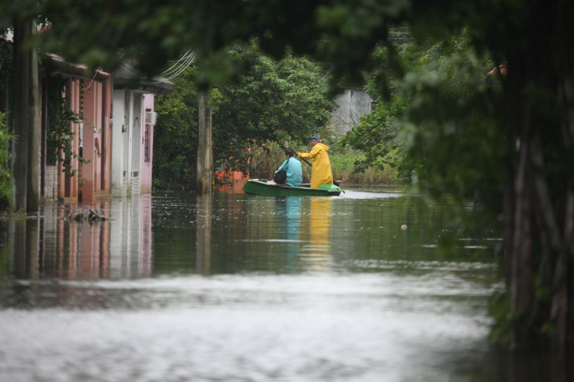 Villahermosa, Tabasco, 5 de noviembre de 2020. La CONAGUA pronostica lluvias torrenciales durante las 48 horas, y habitantes en Valle Verde de la colonia Gaviotas Sur, manifiestan que los niveles de agua no ceden temiendo que se desborden los ríos.