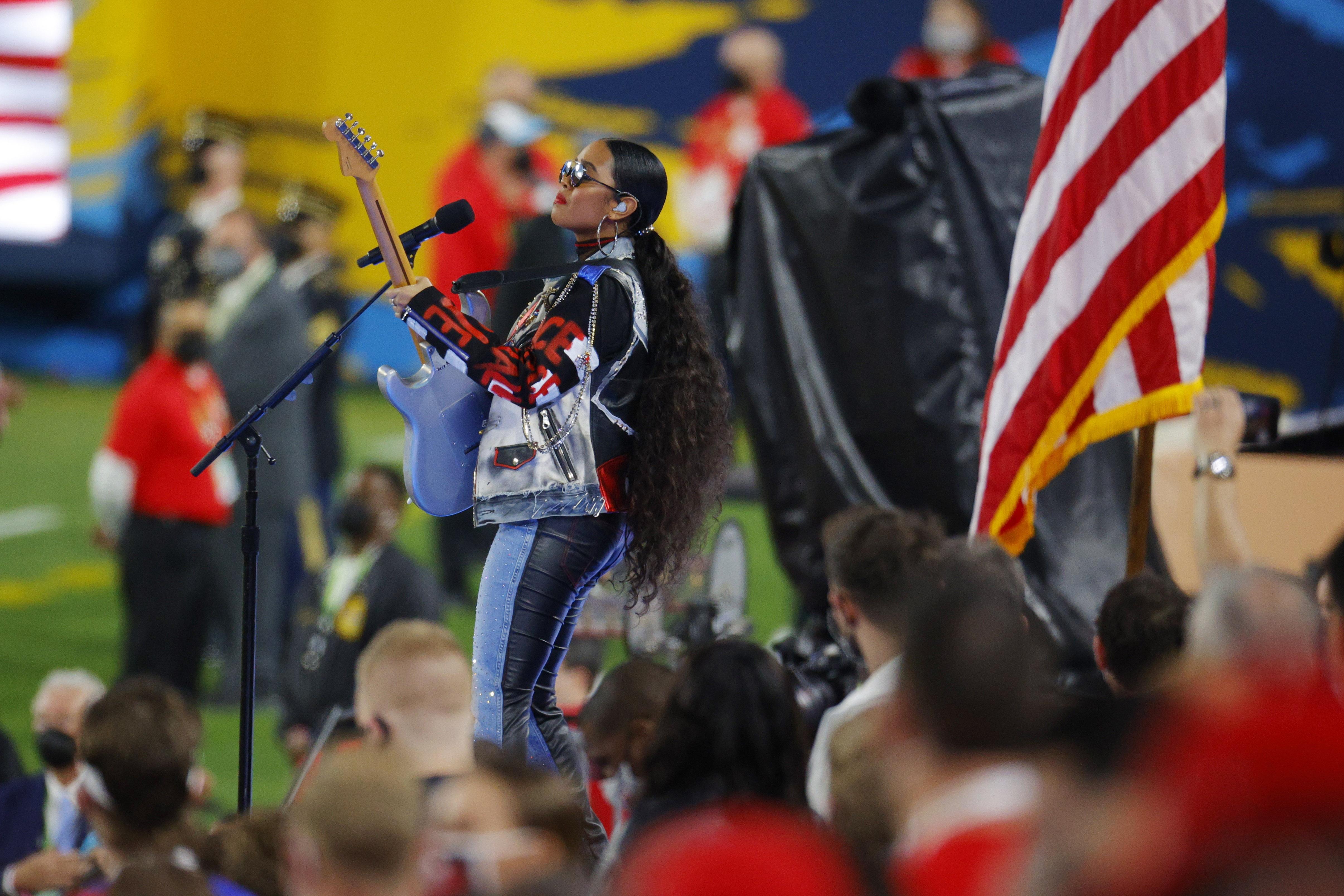"""H.E.R. realizó la performance de """"America the Beautiful"""" antes del gran juego"""