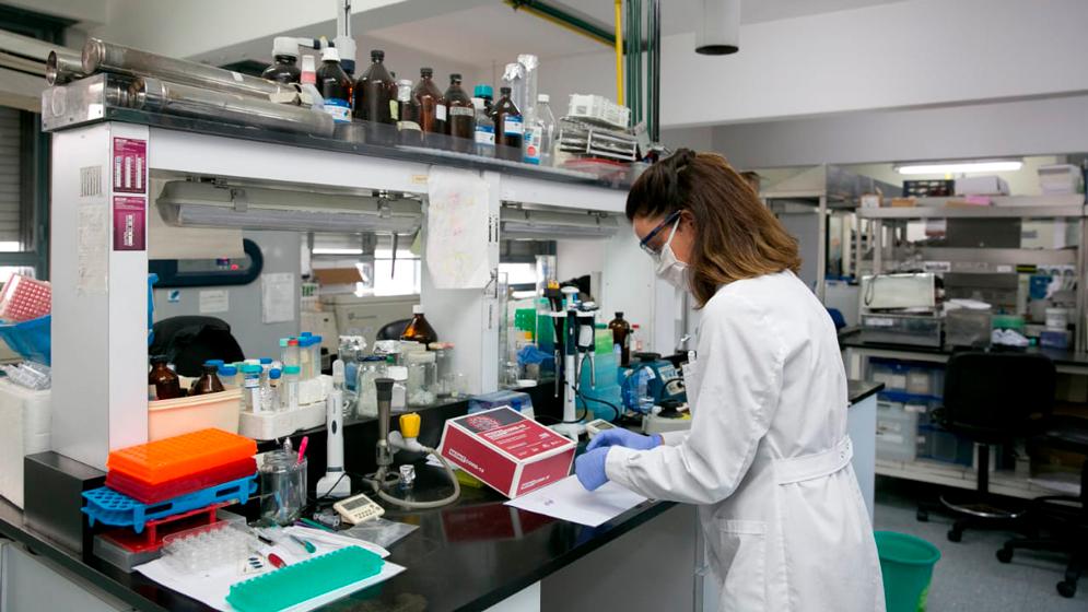 El 18 de mayo, la Administración Nacional de Medicamentos, Alimentos y Tecnología Médica (ANMAT) validó el uso de NEOKIT-COVID-19, un nuevo kit de diagnóstico de COVID-19 -de bajo costo y fácil de maniobrar- que permite indicar en una hora y cuarto, a partir de una muestra respiratoria, si una persona está o no infectada por el coronavirus SARS-CoV-2. El proyecto está enmarcado dentro de la Unidad Coronavirus COVID-19 creada en conjunto por el Ministerio de Ciencia, Tecnología e Innovación, el CONICET y la Agencia Nacional de Promoción de la Investigación, el Desarrollo Tecnológico y la Innovación (Agencia I+D+i). El test fue desarrollado por científicos del CONICET en el Instituto de Ciencia y Tecnología César Milstein (ICT Milstein, CONICET-Fundación Pablo Cassará), bajo la coordinación del investigador Adrián Vojnov, en asociación con la empresa NEOKIT SAS, formada sobre la base de un Consorcio Público-Privado (CAPP) entre el CONICET y el Laboratorio Pablo Cassará S.R.L. El equipo de investigadores estuvo integrado por Adrián Vojnov, Carolina Carrillo, Santiago Werbajh, Luciana Larocca y Fabiana Stolowicz.
