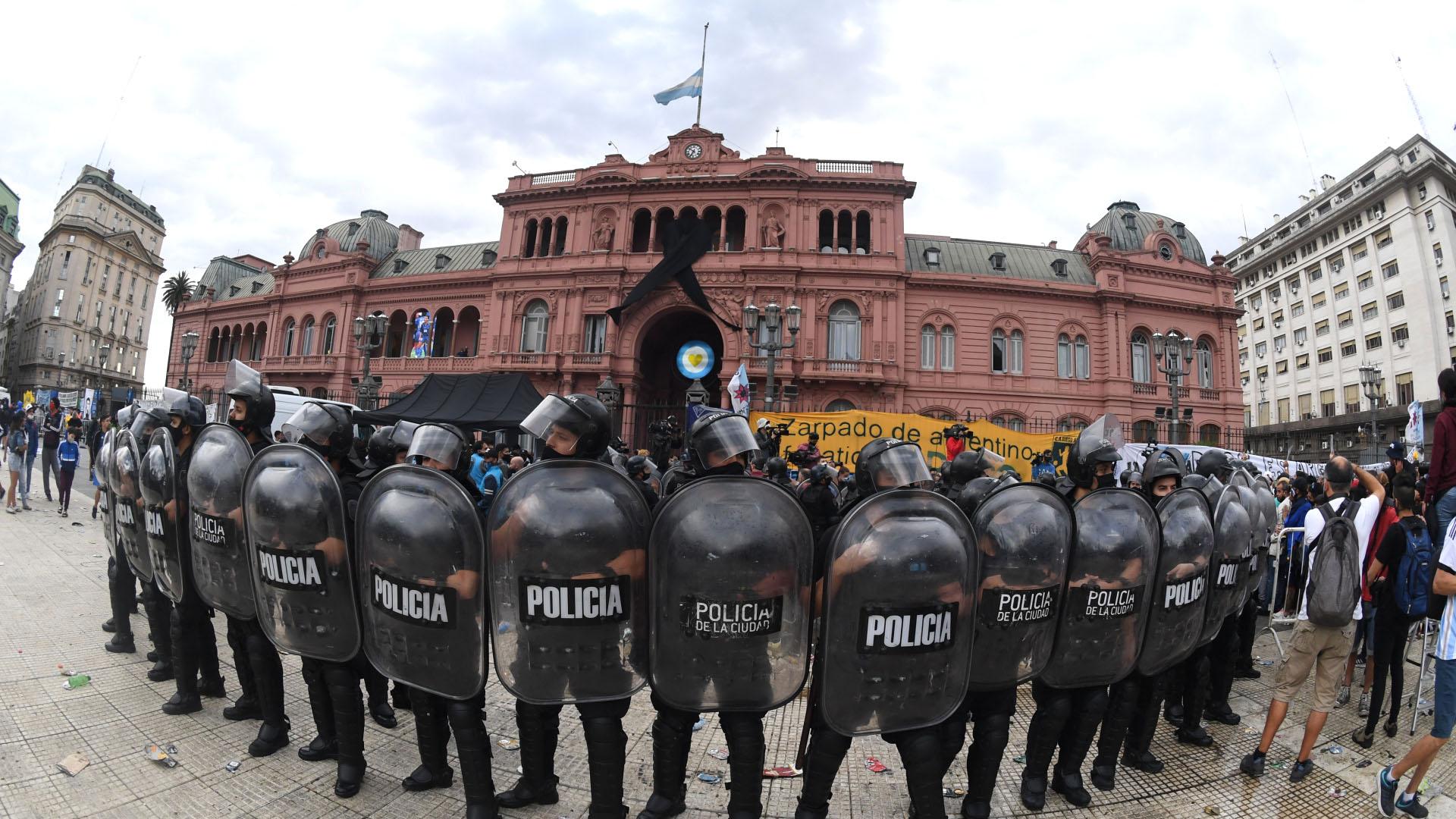 Cordón policial frente a Casa Rosada para evitar que se repitan los desbordes y los incidentes