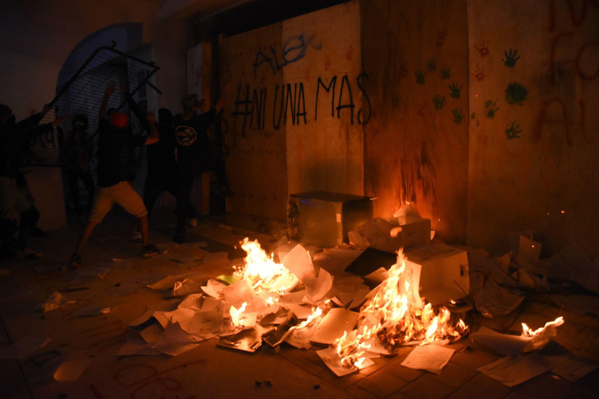 Cancún, Quintana Roo, 9 de noviembre de 2020. Familiares, amigos y mujeres realizaron una protesta en el Palacio Municipal de Cancún para protestar por el feminicidio de Vianca Alejandría, cuando los manifestantes empezaron hacer pintas y prender fuego a algunos policías municipales salieron a disparar.