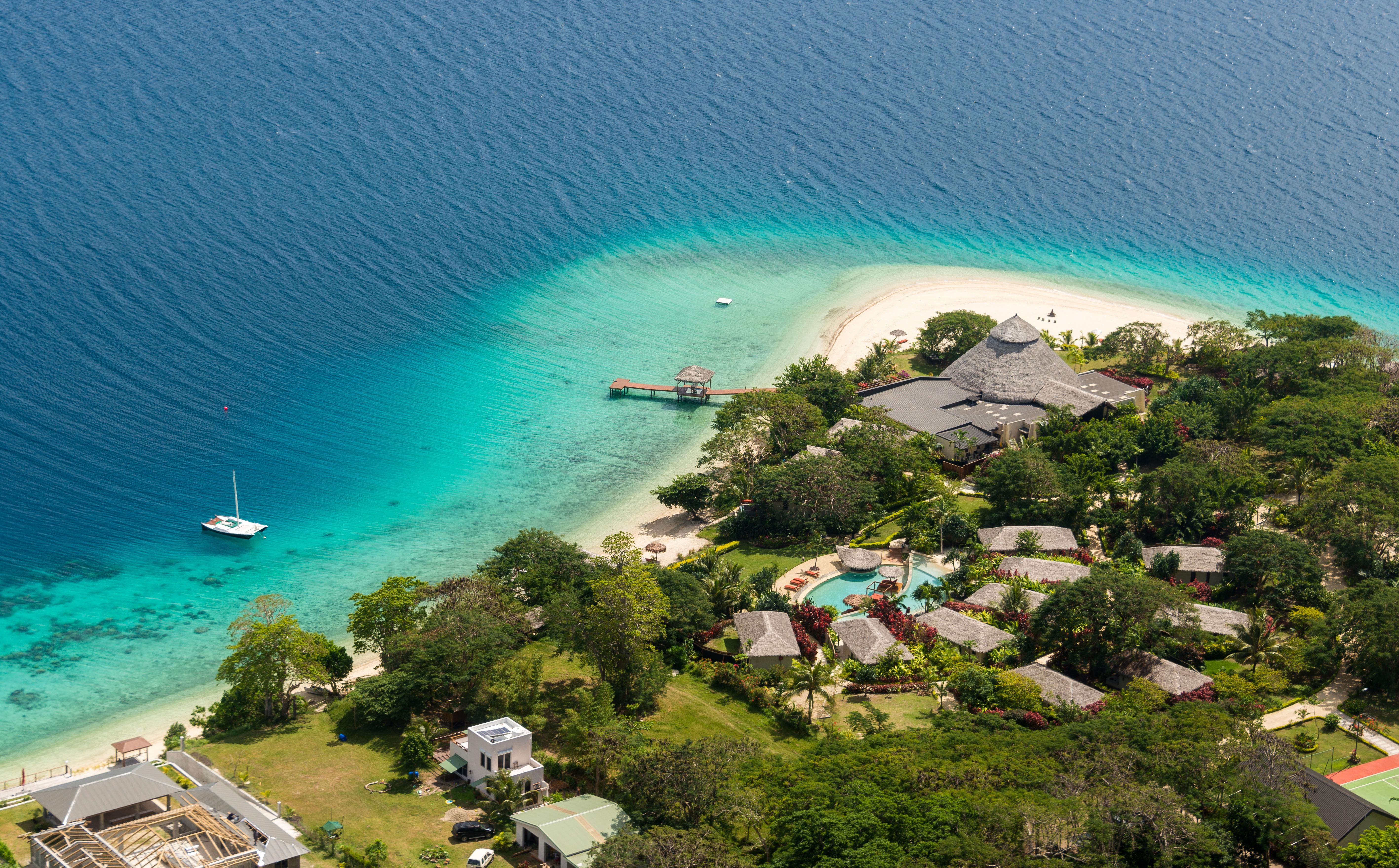 La nación insular en el Océano Pacífico Sur obtiene el 18,16% de su PIB del turismo. No ha registrado casos de coronavirus, después de que cerró sus fronteras y prohibió los vuelos entre sus propias islas el 26 de marzo. Fue golpeado por un devastador ciclón dos semanas después
