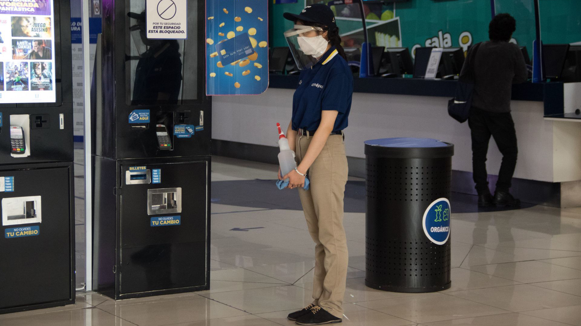 Todos los empleaos debe de utilizar cubrebocas y caretas protectoras en todo momento (Foto: Cuartoscuro)