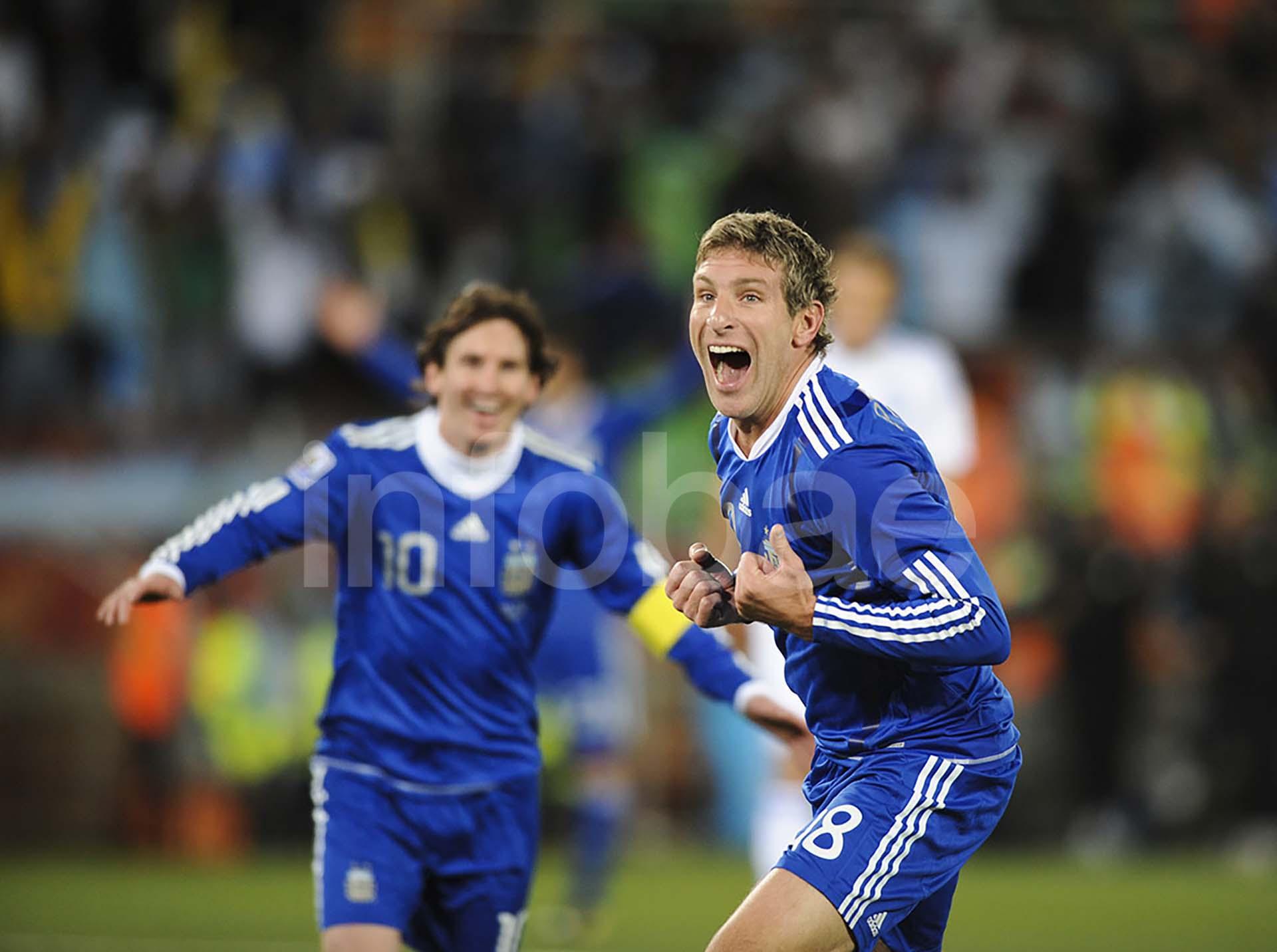 Martín Palermo festeja su gol ante Grecia en Sudáfrica 2010. Detrás, se suma un joven Lionel Messi