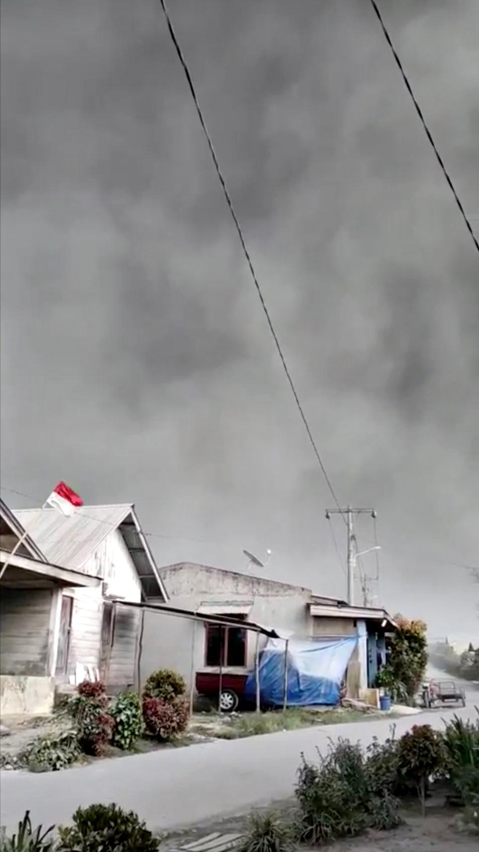 Cenizas volcánicas en Karo en una imagen tomada de las redes sociales (Fachrur Rozi Pasi via REUTERS)