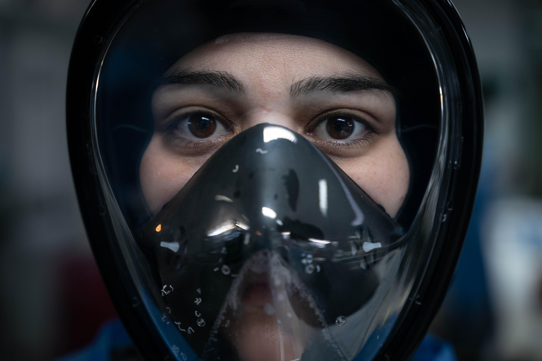 Juliana Torquati, con una máscara de snorkel adaptada para uso médico. Las donó la ONG