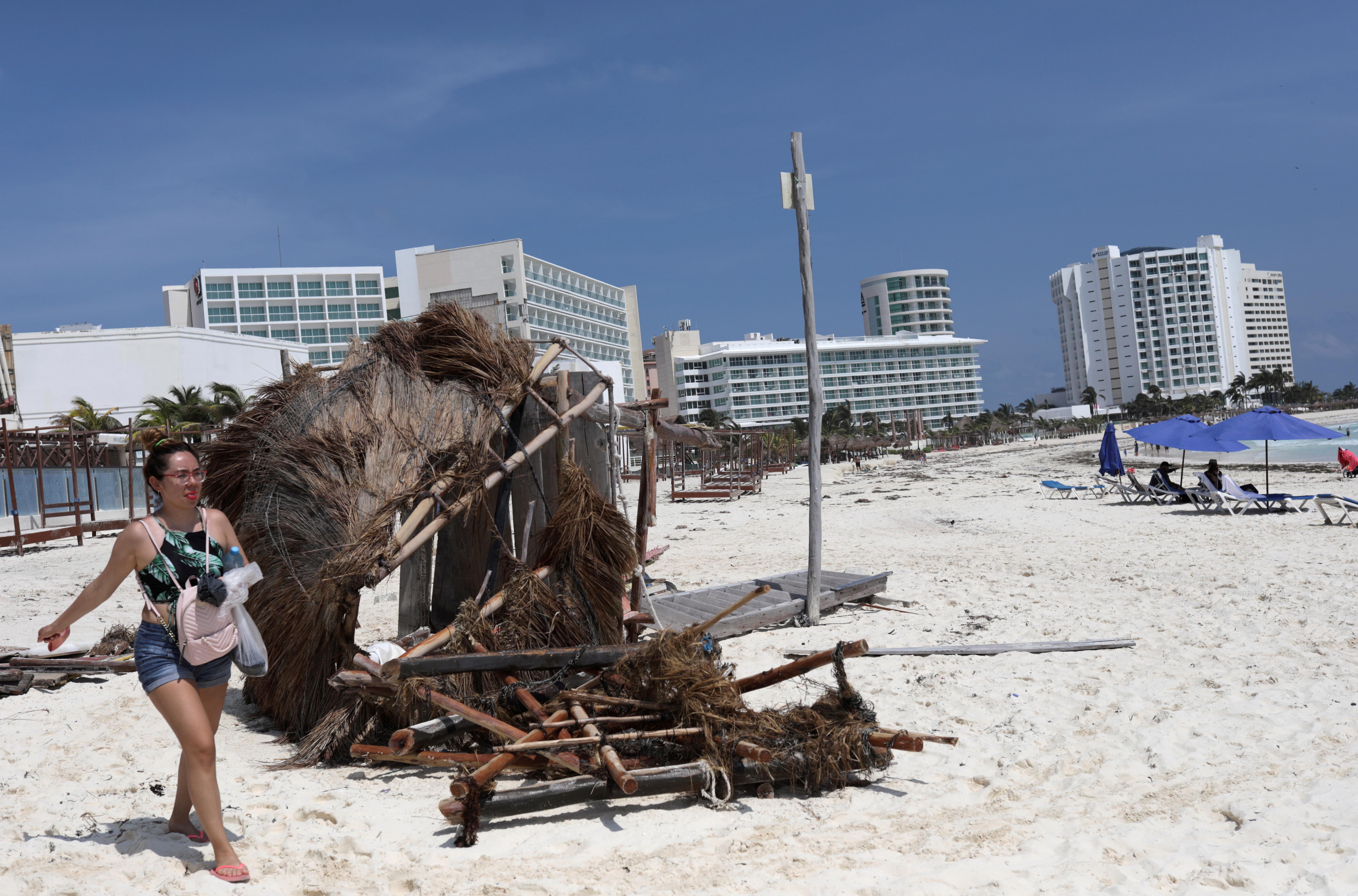 Se ven turistas en la playa después del huracán Delta en Cancún, México, el 8 de octubre de 2020.