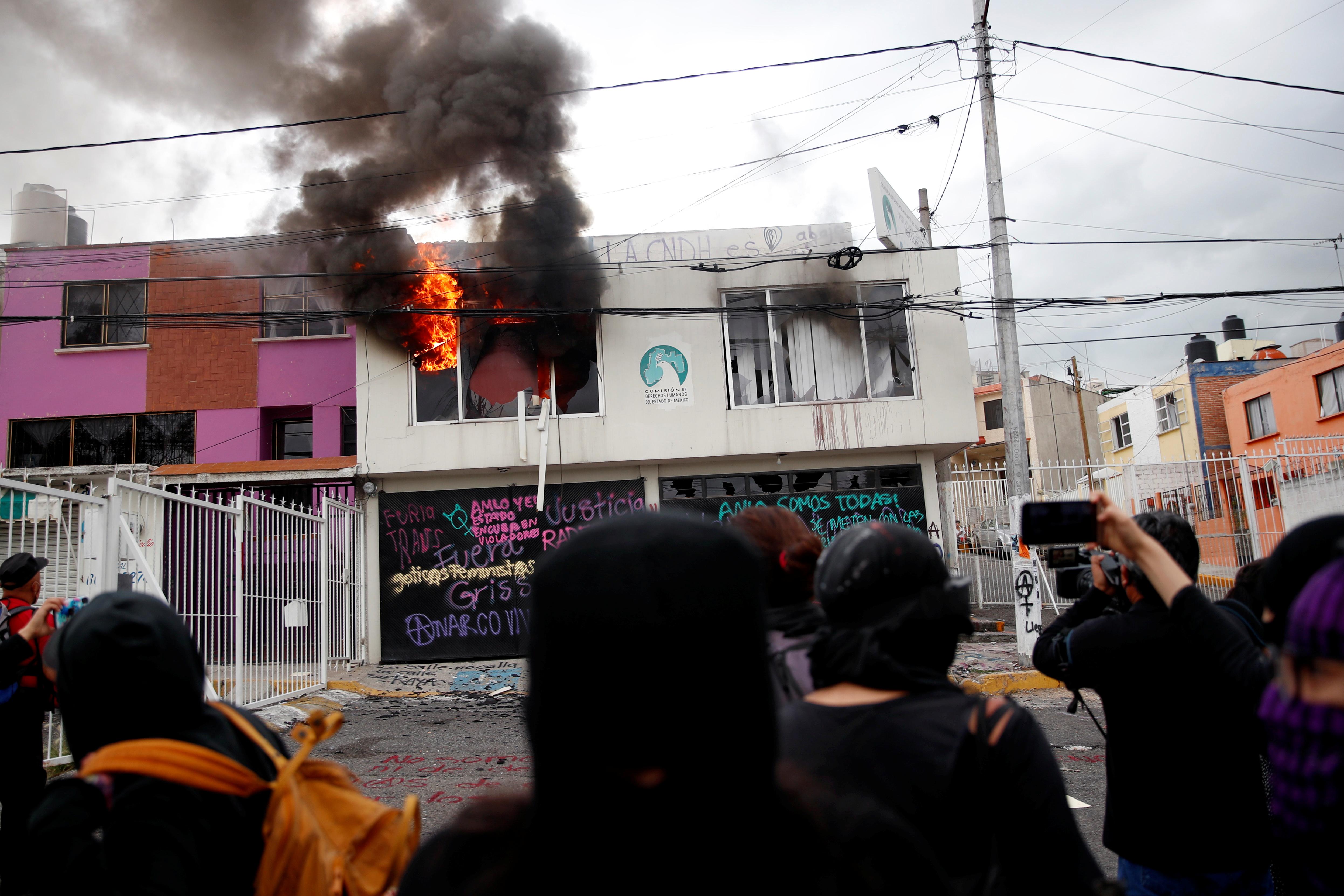 Policías desalojaron violentamente el viernes una sede local de derechos humanos en México que había sido ocupada por mujeres y que forma parte de recientes tomas de instalaciones en el país en protesta por la violencia y los feminicidios que siguen al alza, denunciaron activistas. Foto del 11 de septiembre de 2020.