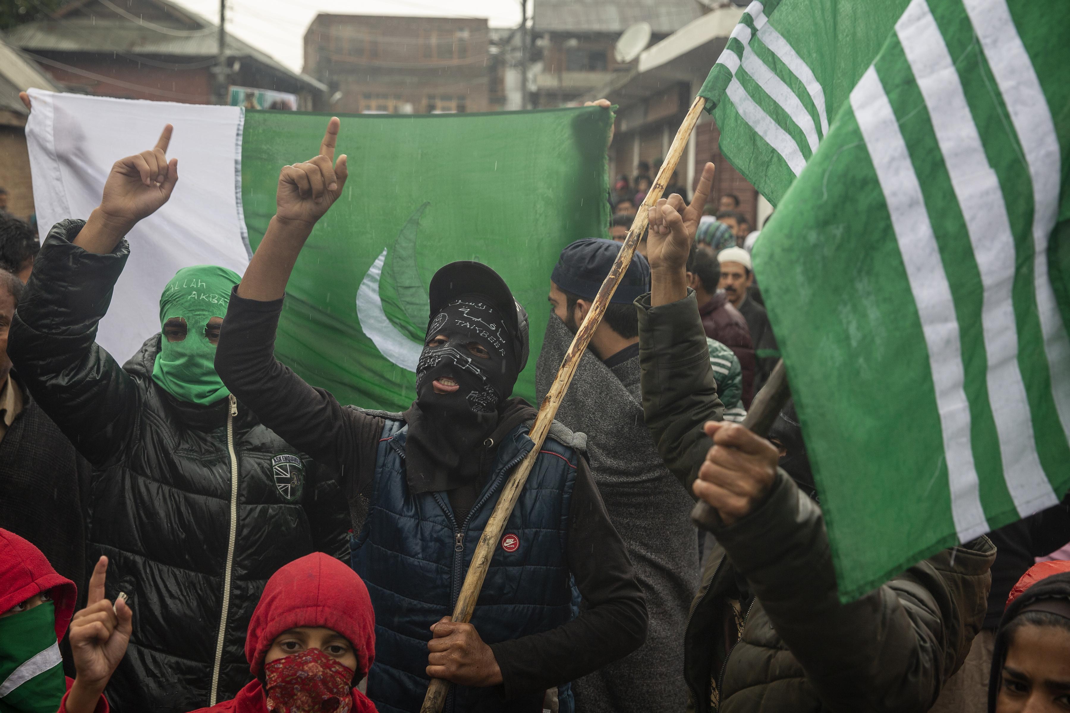 Los cachemires enmascarados gritan consignas durante una protesta después de las oraciones del viernes en las afueras de Srinagar, Cachemira controlada por la India, el 4 de octubre de 2019. (Foto AP / Dar Yasin)