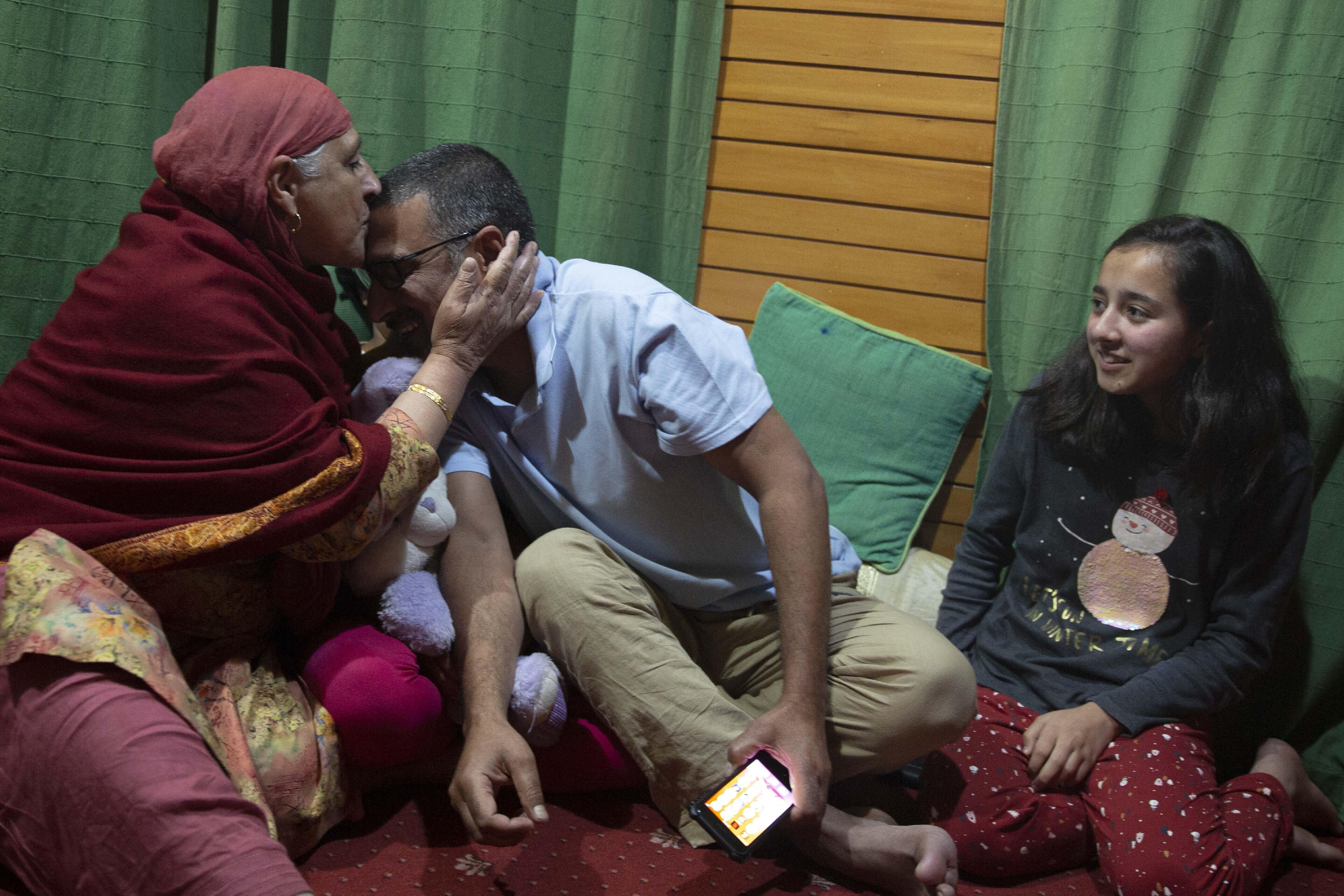 El fotógrafo de Associated Press, Dar Yasin, celebra con su familia en su casa en Srinagar, Cachemira controlada por la India, el martes 5 de mayo de 2020, tras el anuncio de que fue uno de los tres fotógrafos de AP que ganaron el Premio Pulitzer en Fotografía de Largometraje por su cobertura del conflicto en Cachemira y en Jammu, India. (Foto AP / Rifat Yasin)