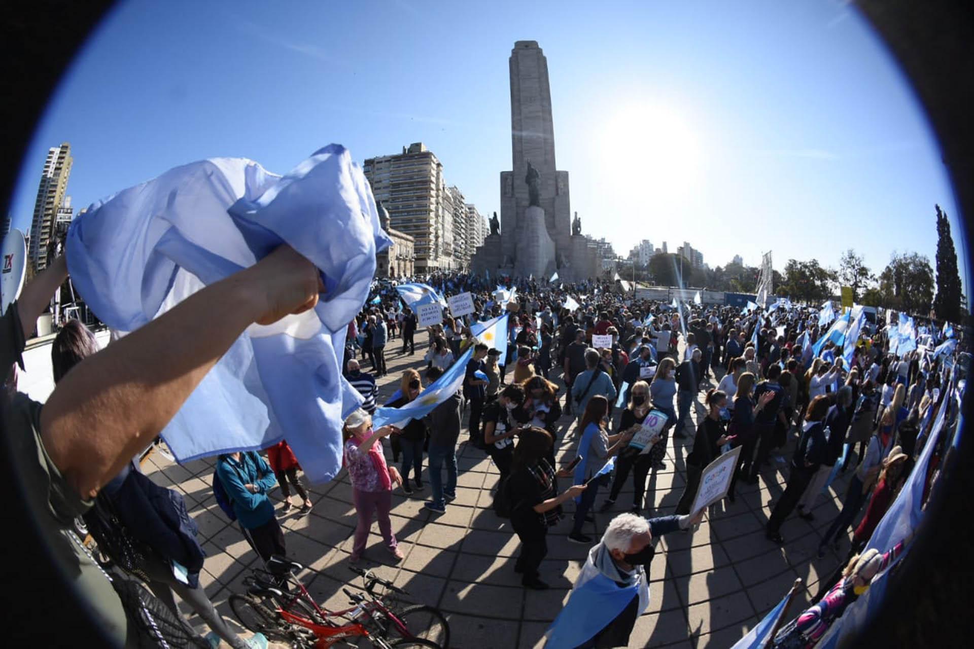 En Rosario se movilizaron en la explanada del Monumento, otros seguían la manifestación desde el Parque Nacional a la Bandera y varios pasaban por avenida Belgrano en caravana de autos tocando bocina. (Leo Galletto)