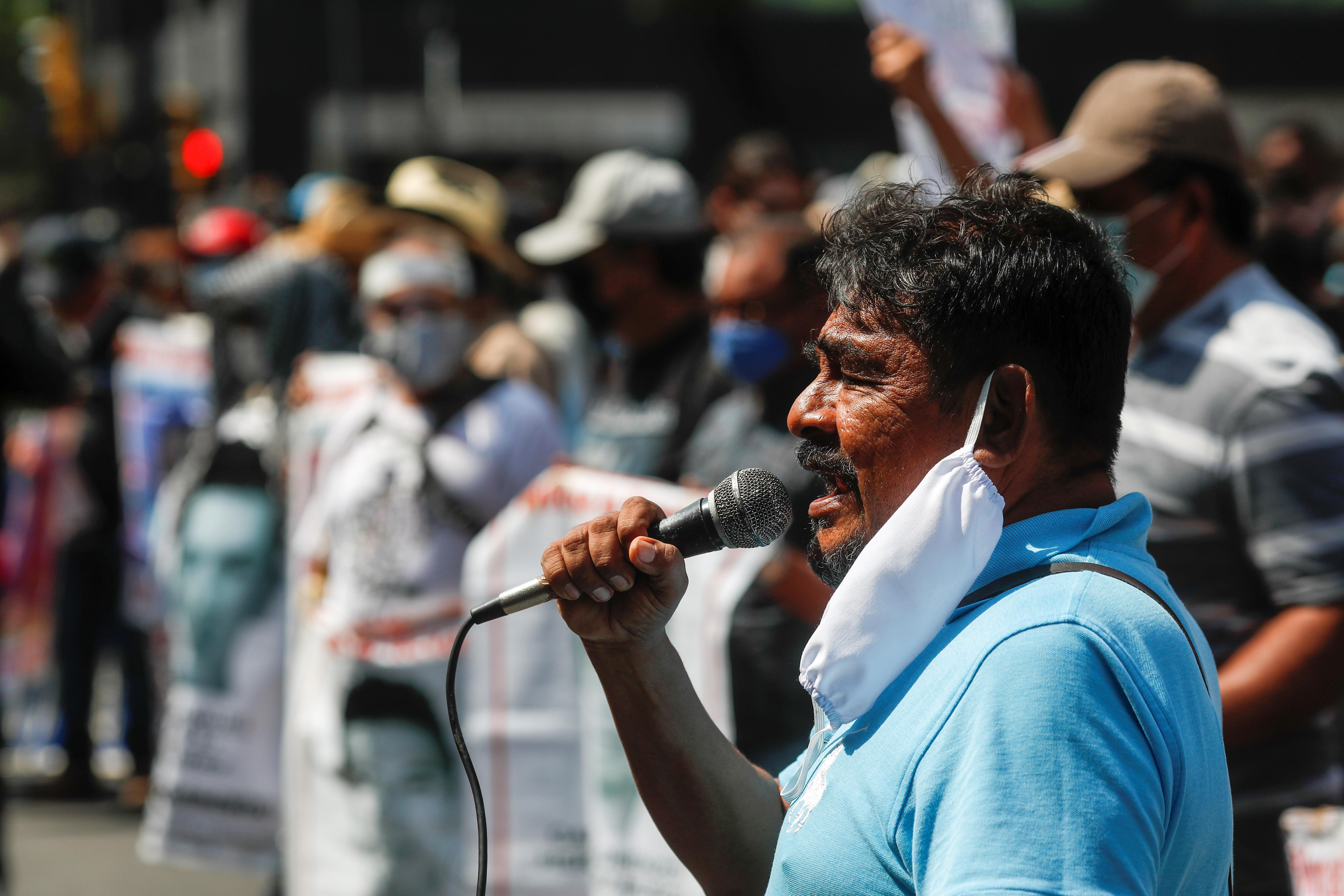 Felipe de la Cruz, portavoz de los padres de estudiantes desaparecidos, habla durante una protesta frente a la Corte Suprema de Justicia, antes del sexto aniversario de la desaparición de 43 estudiantes de la Escuela Normal Rural de Ayotzinapa, en la Ciudad de México, México 23 de septiembre de 2020.