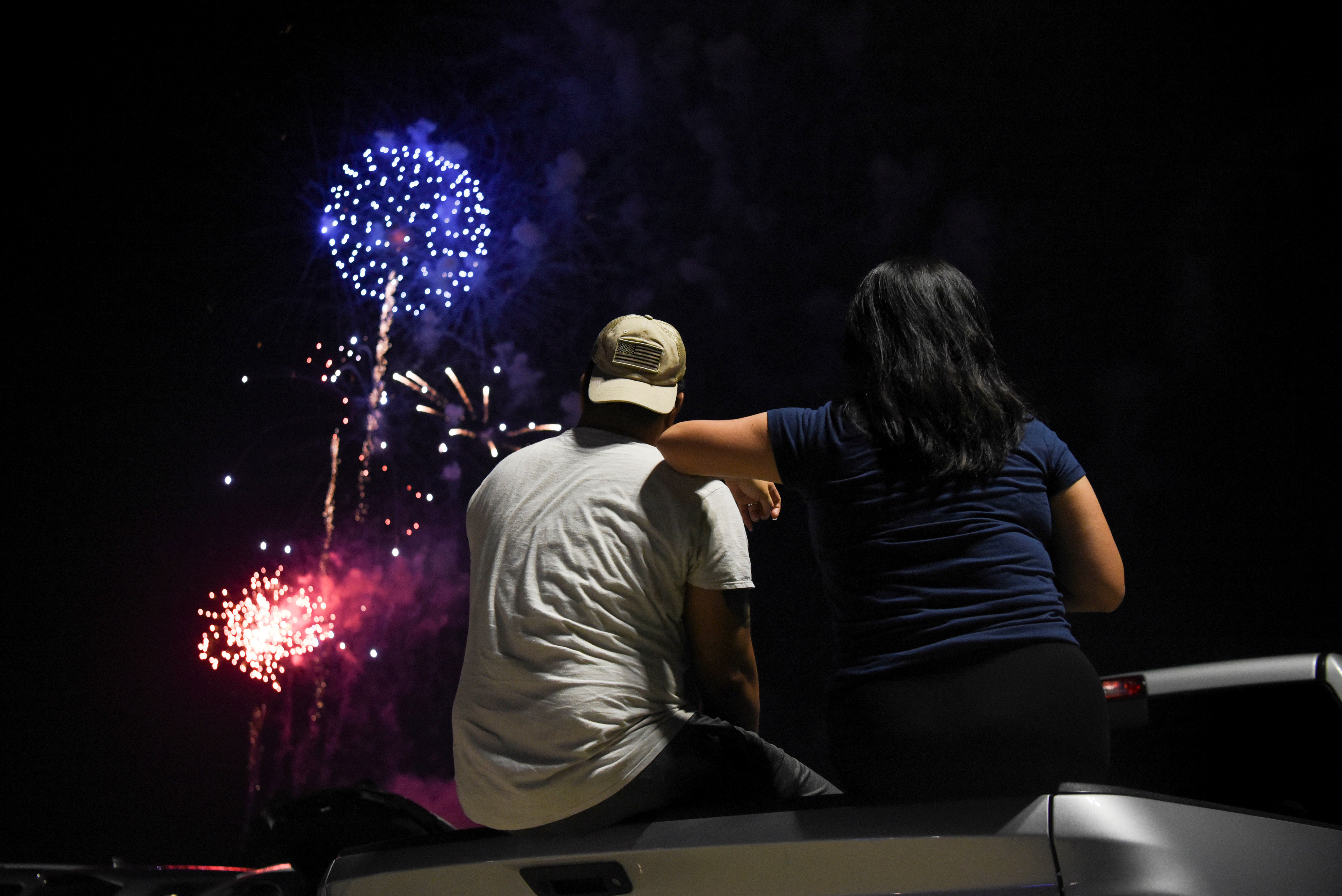 Una pareja mira los fuegos artificiales