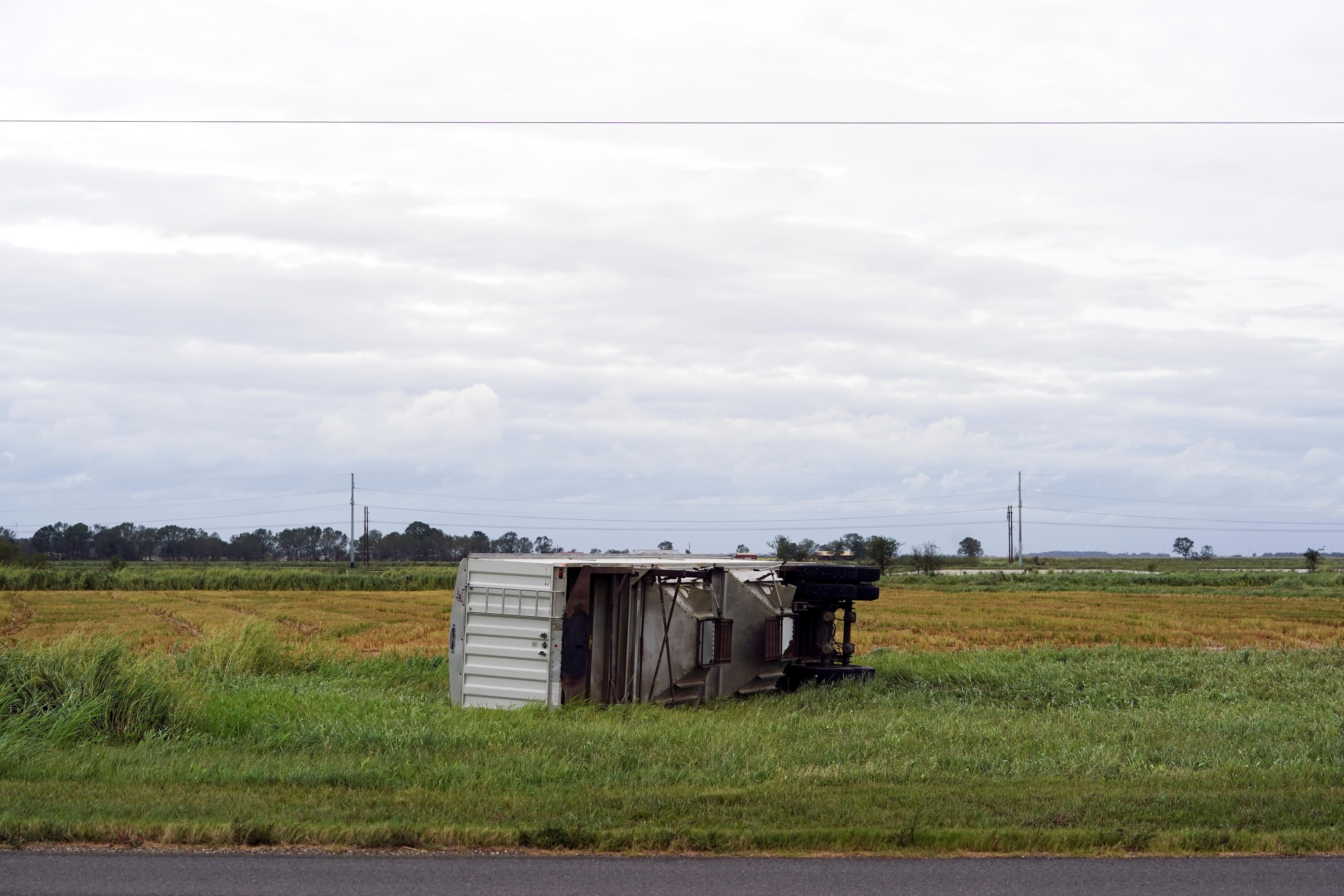 Un semirremolque volcado en un campo en Welsh, Louisiana (REUTERS/Elijah Nouvelage)