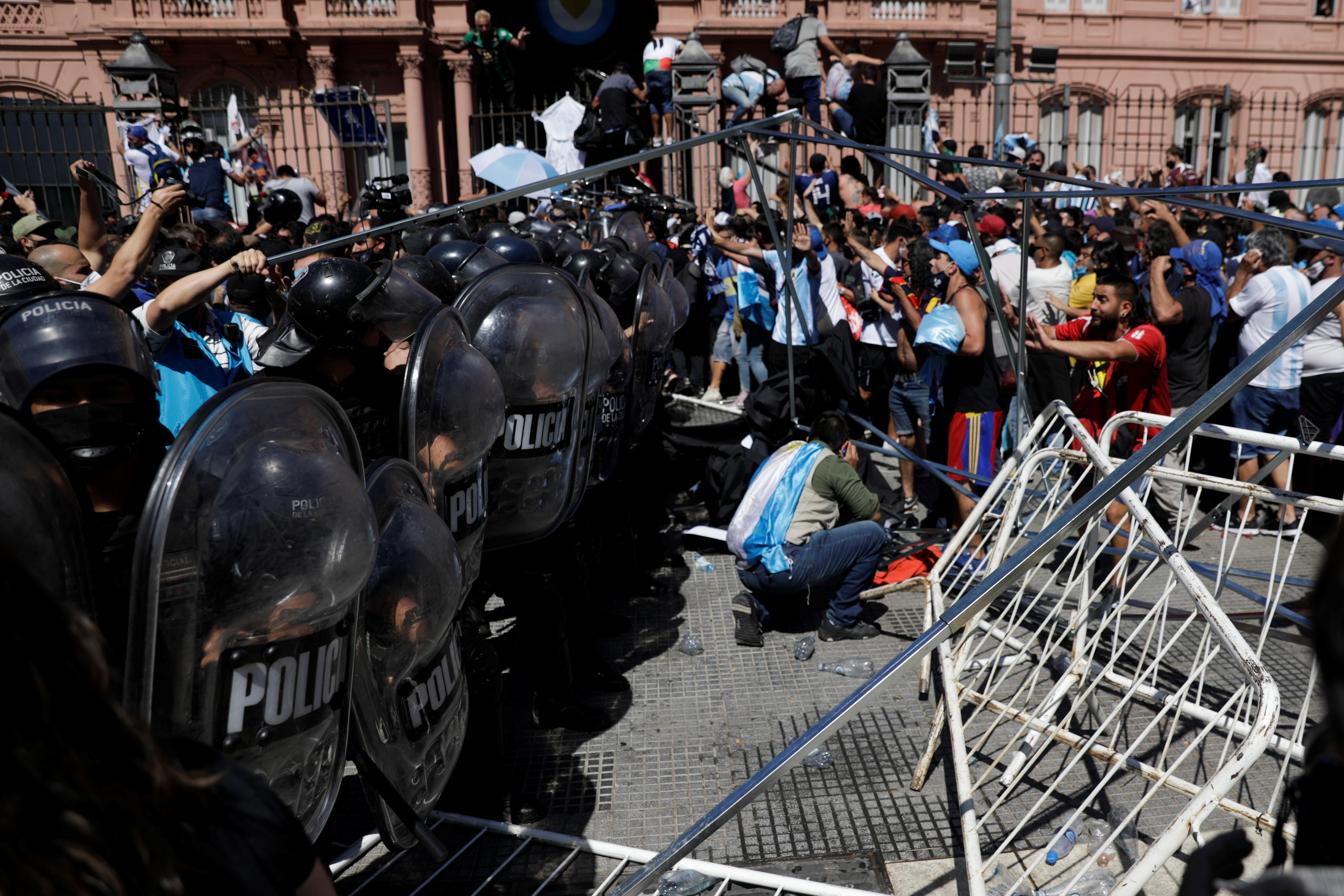 Enfrentamientos entre la policía y quienes querían ingresar