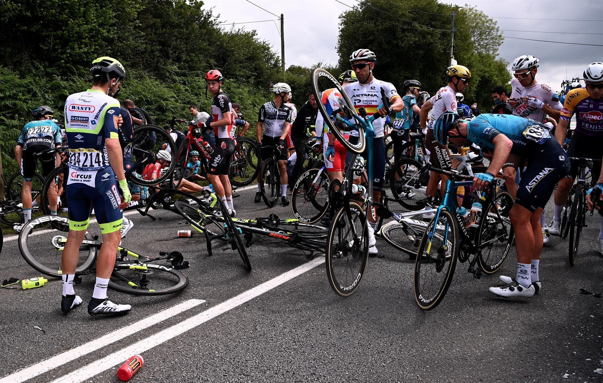 Las impactantes fotos del masivo accidente por culpa de una fanática en la  primera etapa del Tour de Francia - Infobae