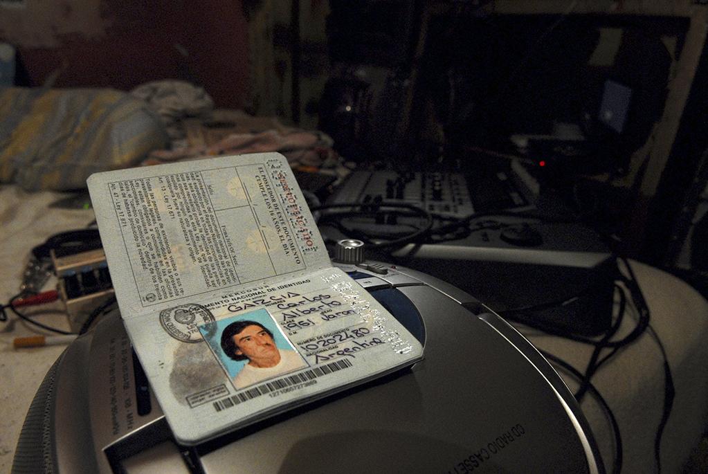 El pasaporte de Carlos Alberto García Moreno, Charly. Conoció a la madre de su hijo Miguel antes de triunfar con Sui Géneris. Se fueron a vivir a una pensión