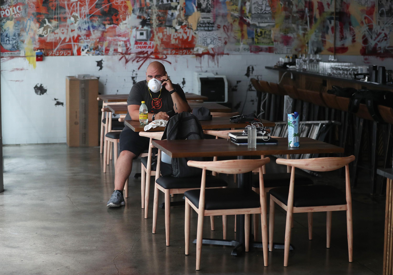 Ryan Pines, trabajador del restaurante Buya de Miami, en su local cerrado por orden del alcalde (Joe Raedle/Getty Images/AFP)