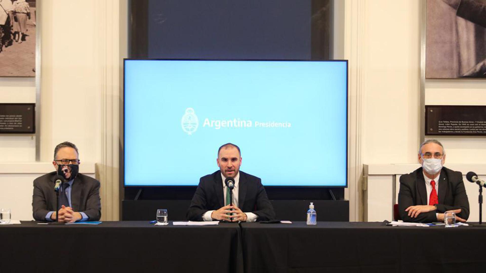 Matías Kulfas, ministro de Desarrollo Productivo; Martín Guzmán, ministro de Economía; y Luis Basterra, ministro de Agricultura, en los anuncios económicos de esta tarde en Casa Rosada