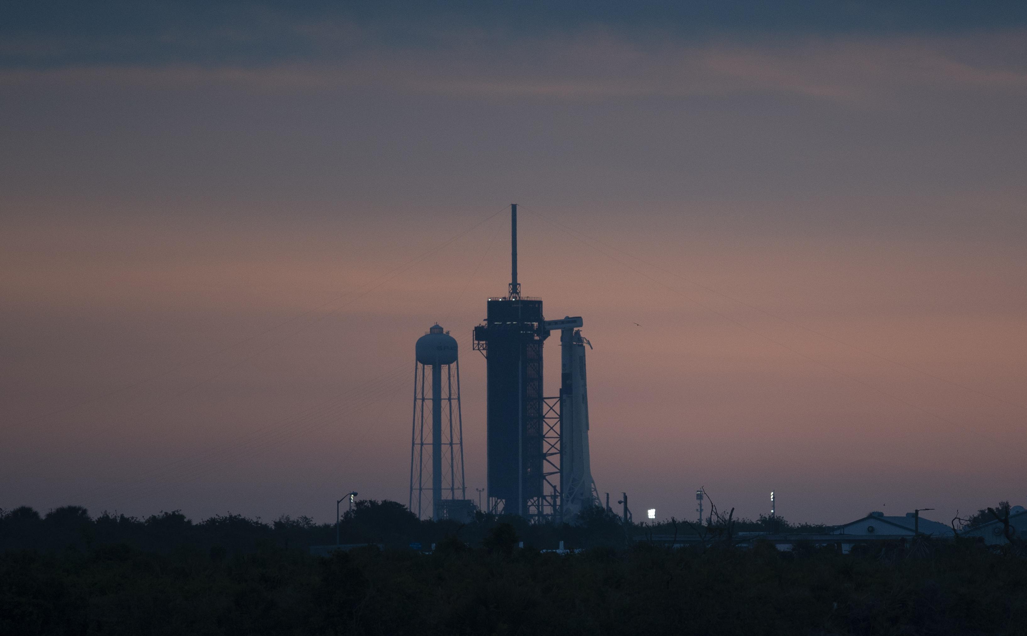 SpaceX planea lanzar a los dos astronautas de la NASA a la Estación Espacial Internacional. Este será el primer lanzamiento de astronautas desde Florida en casi una década, y el primero para una empresa privada (Joel Kowsky/NASA vía AP)