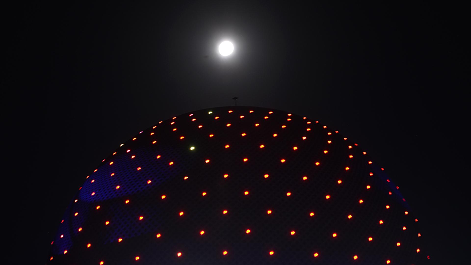 La vista de la luna llena desde el planetario, un icono de la astronomía en la Ciudad de Buenos Aires