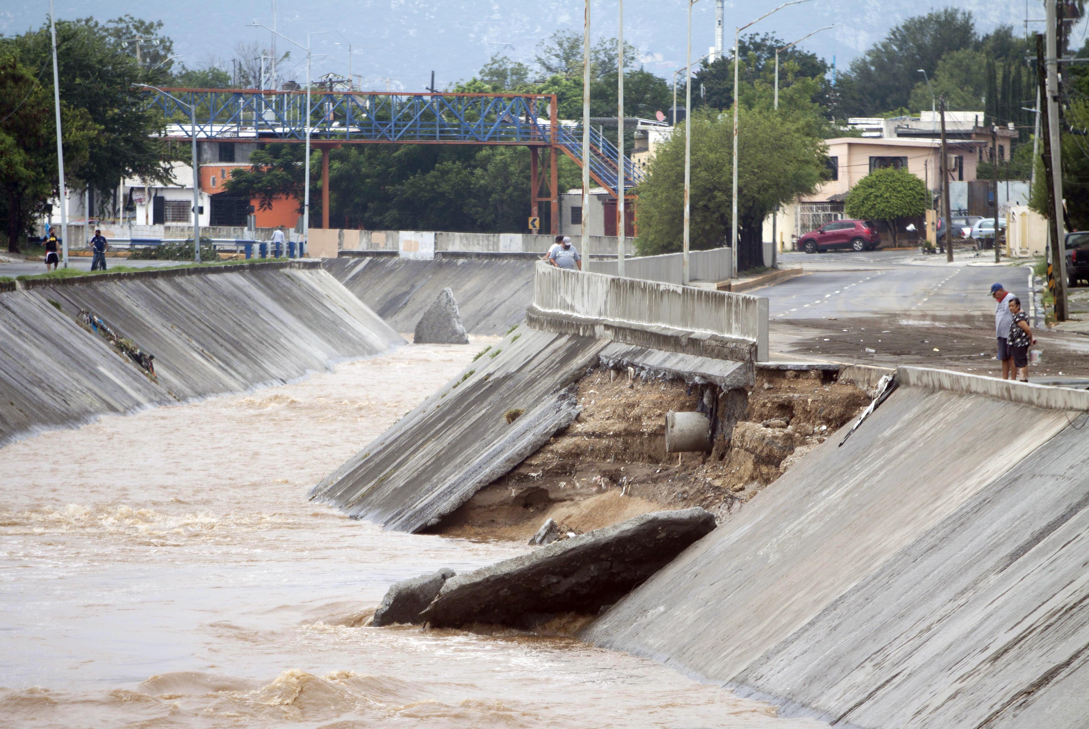 Vista de un deslizamiento de tierra a lo largo del canal Topo Chico después de las fuertes lluvias dejadas por la tormenta Hanna en el área metropolitana de Monterrey, estado de Nuevo León, México, el 27 de julio de 2020.