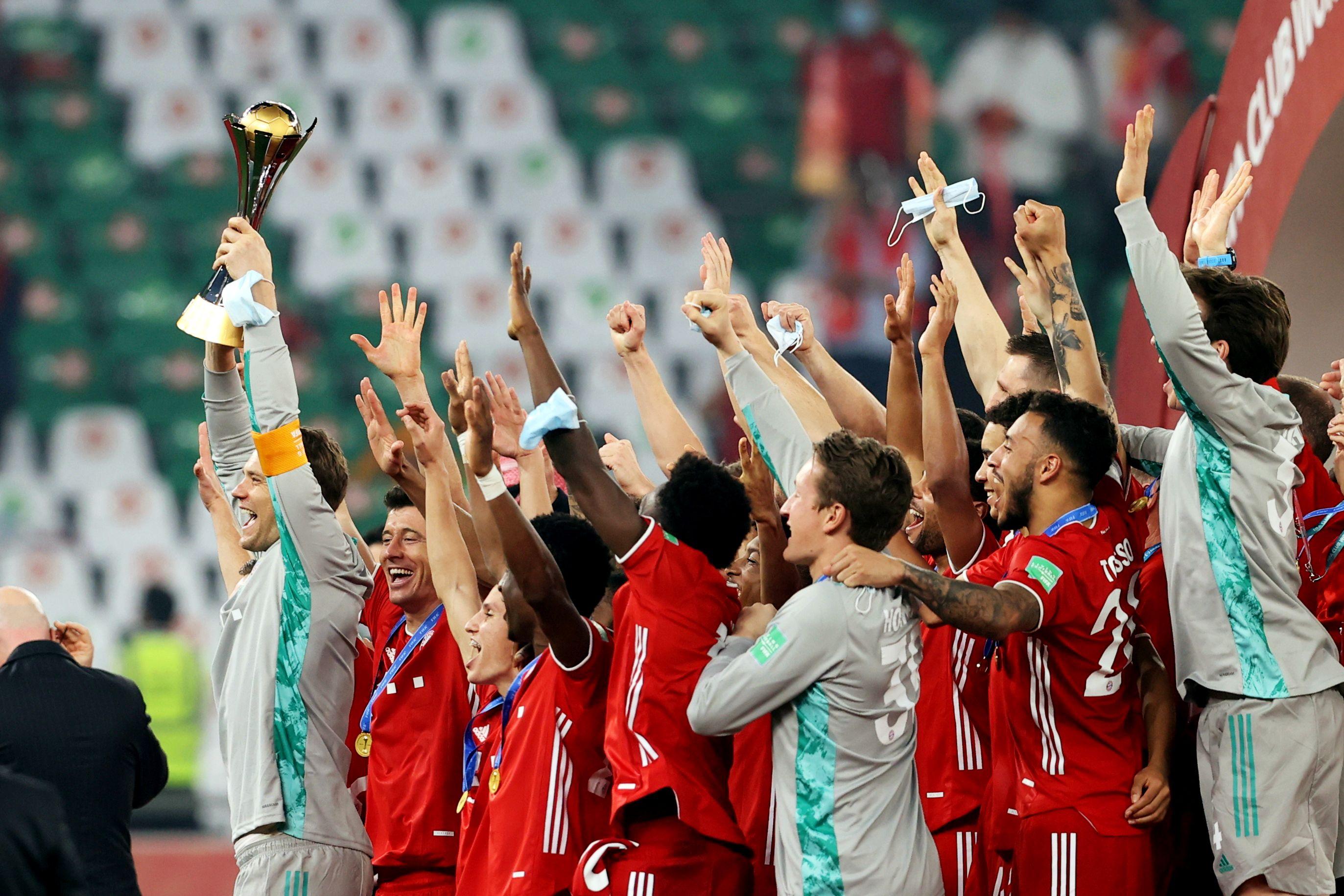 Jugadores de Bayern Munich celebran con la Copa del Mundial de Clubes 2021.