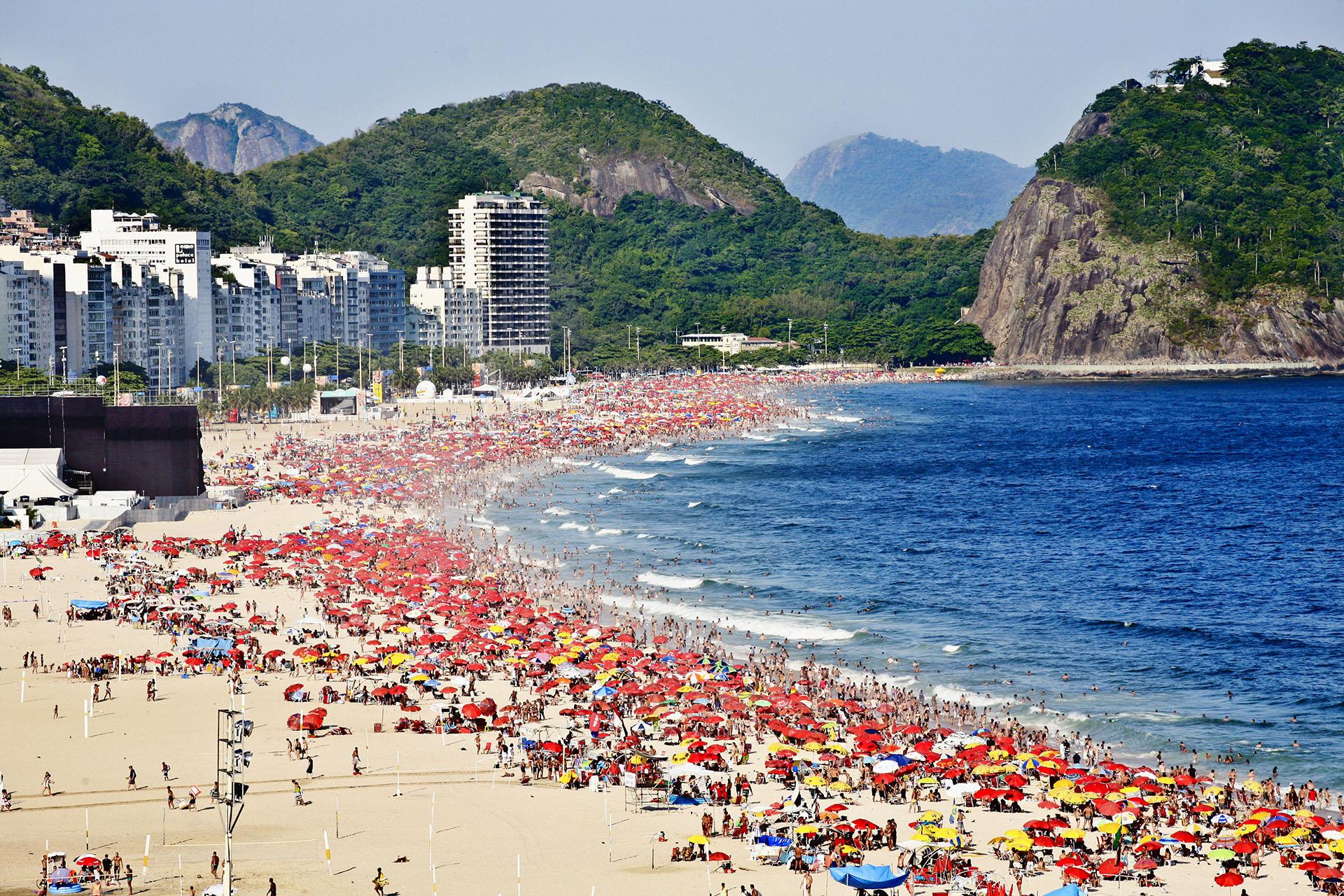 ANTES - Una típica postal de las playas de Río de Janeiro repletas de turistas y locales (Shutterstock)