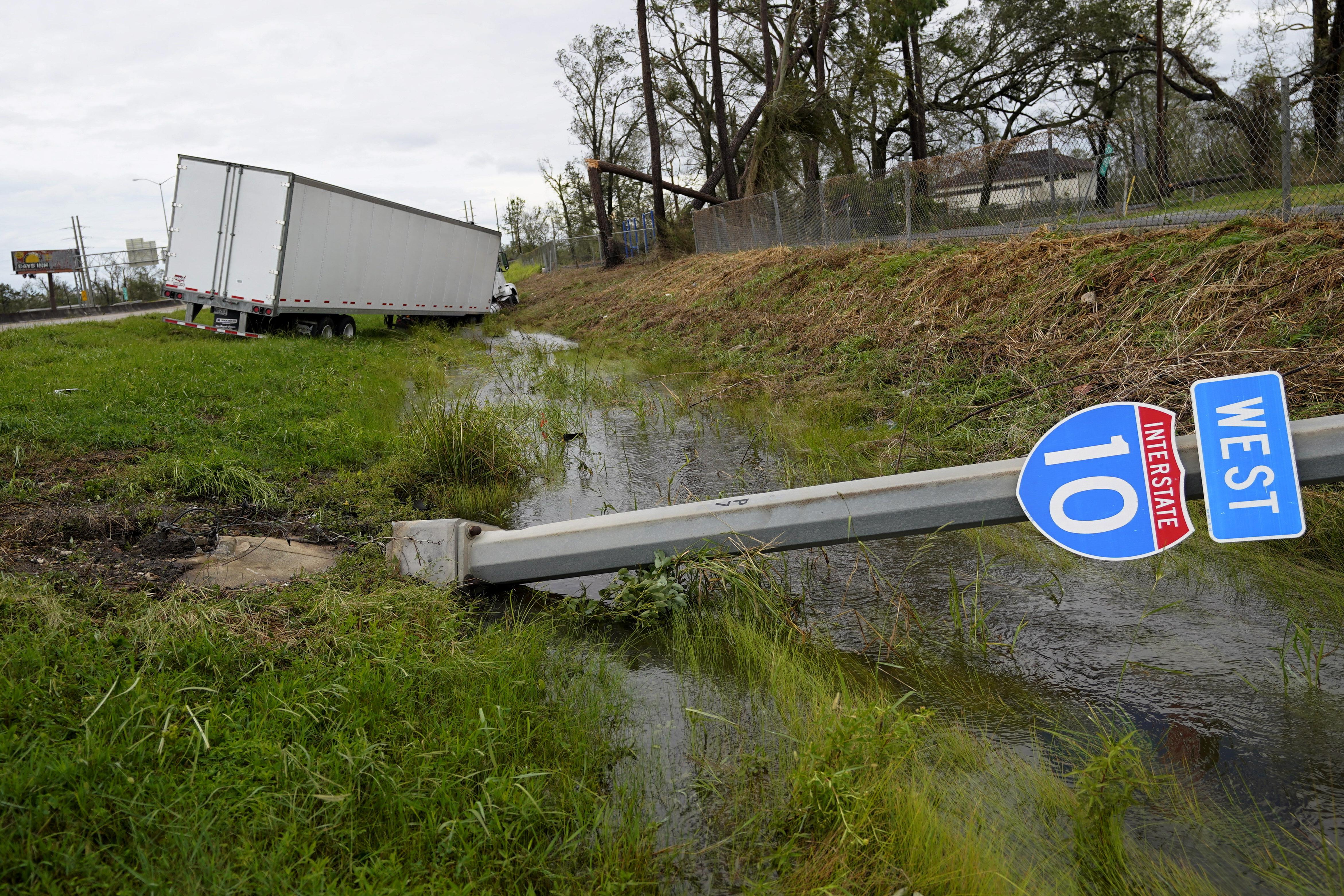 Un camión y un cartel de la Interestatal 10, arrasados por el huracán Laura en Lake Charles (Foto AP/Gerald Herbert)