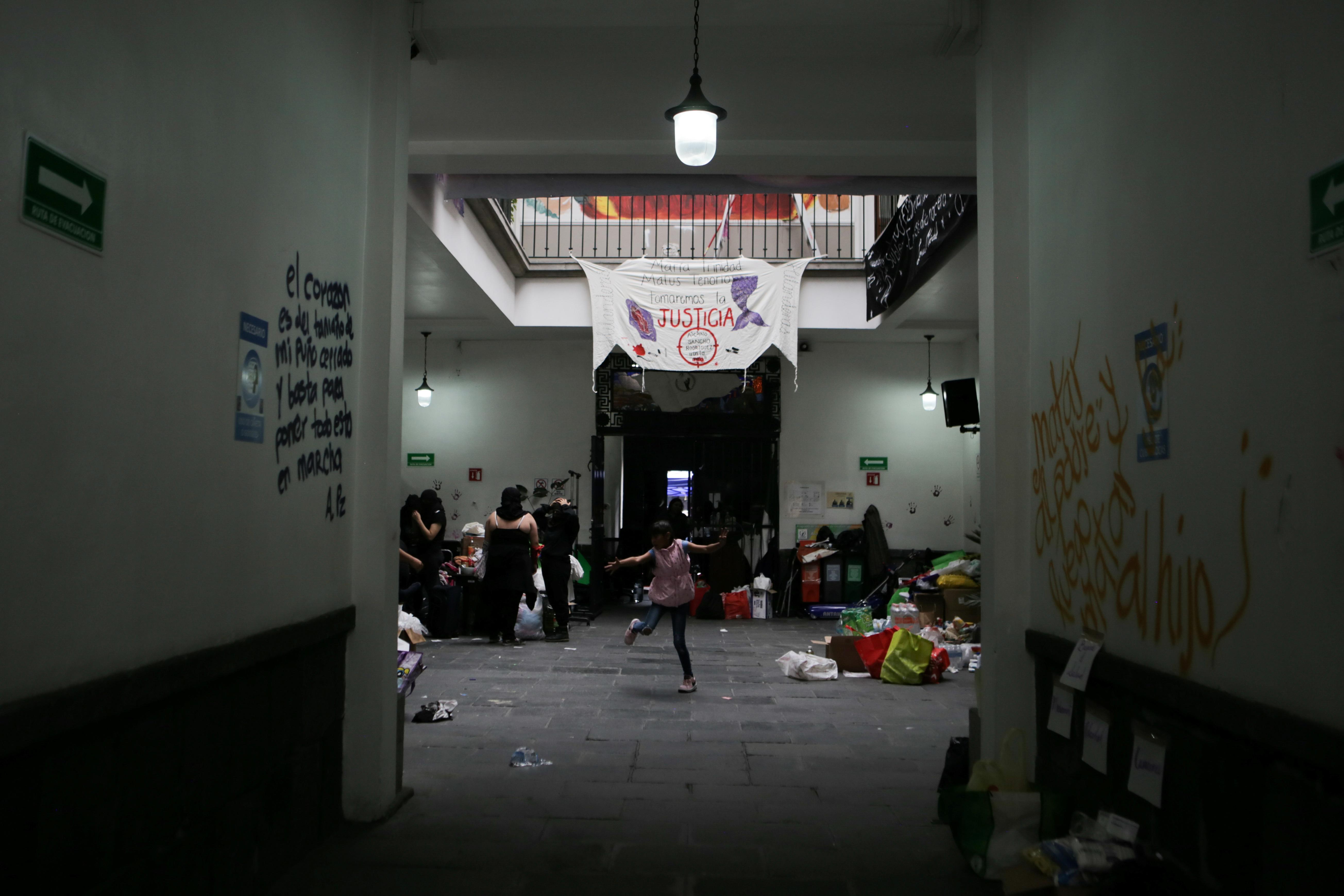Una integrante de un colectivo feminista baila dentro de las instalaciones del edificio de la Comisión Nacional de Derechos Humanos, en apoyo a las víctimas de violencia de género, en la Ciudad de México, México, 10 de septiembre de 2020. Fotografía tomada el 10 de septiembre de 2020.
