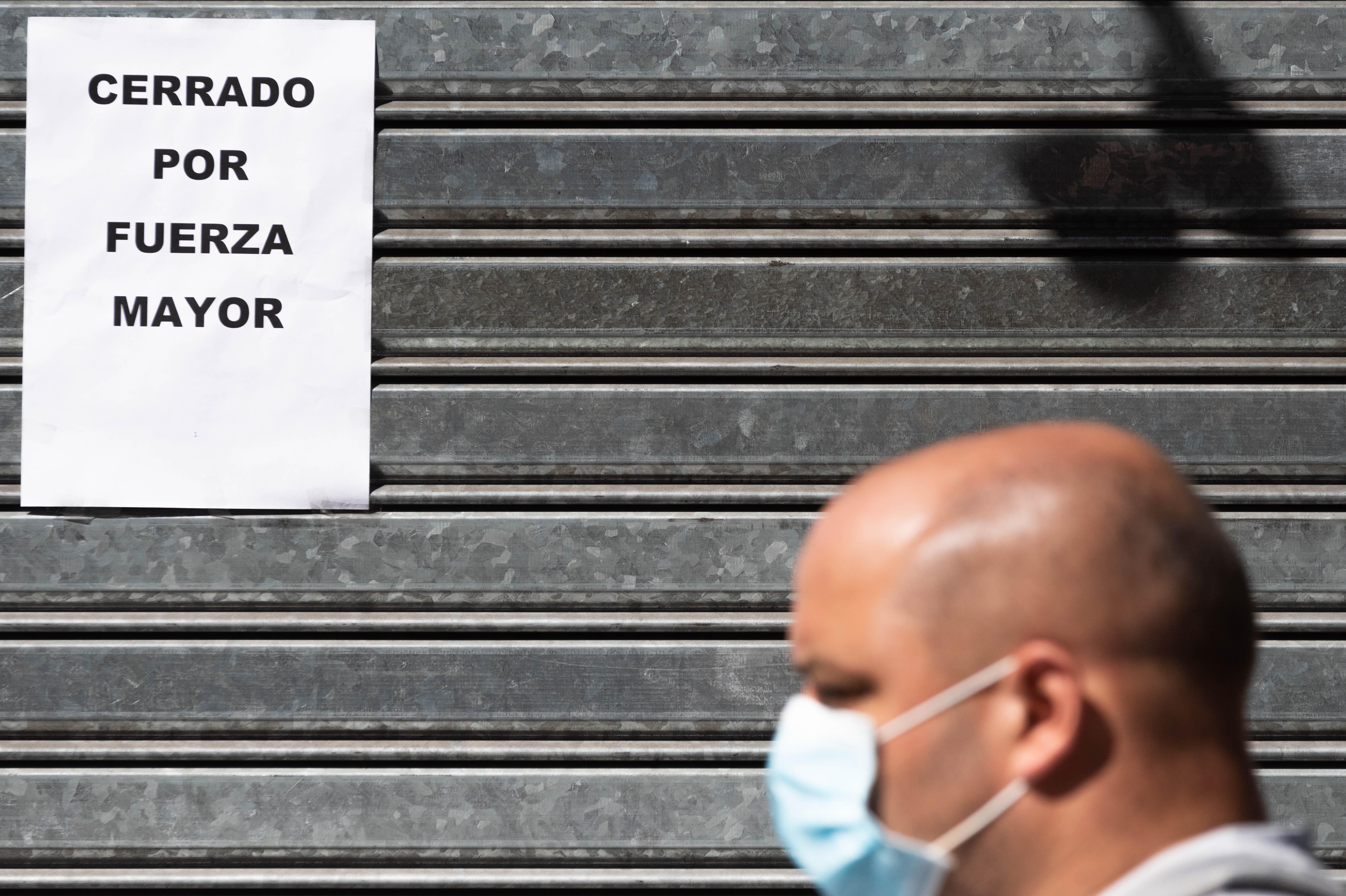 Gente con barbijos y persianas bajas, el nuevo paisaje de la Ciudad de Buenos Aires. Desde el miércoles 15 de abril, el uso de tapabocas en el ámbito porteño es obligatorio en comercios, en dependencias de atención al público públicas o privadas, y en el transporte público.