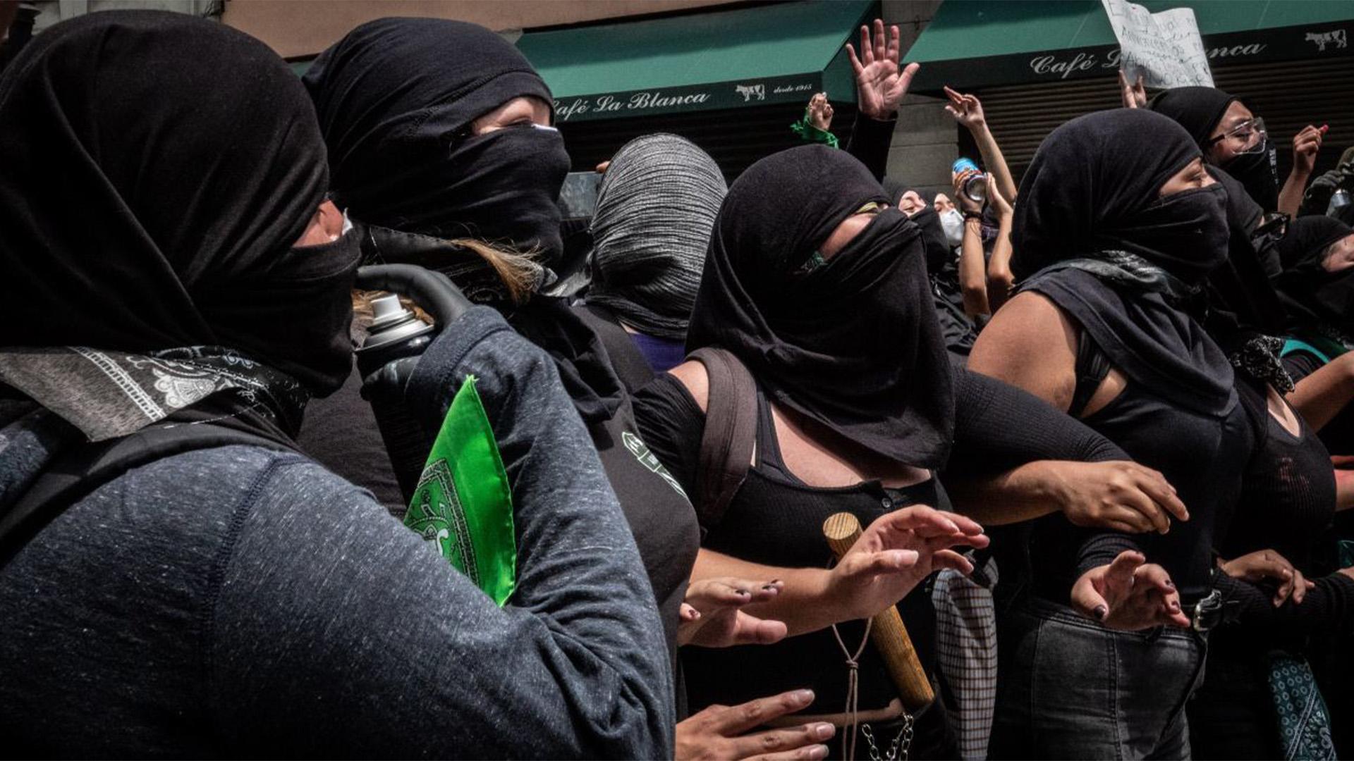 La mayoría de las manifestantes se presentaron vestidas de negro y con el rostro cubierto portando pañuelos verdes como símbolo de estar a favor del aborto legal (Foto: Cuartoscuro)