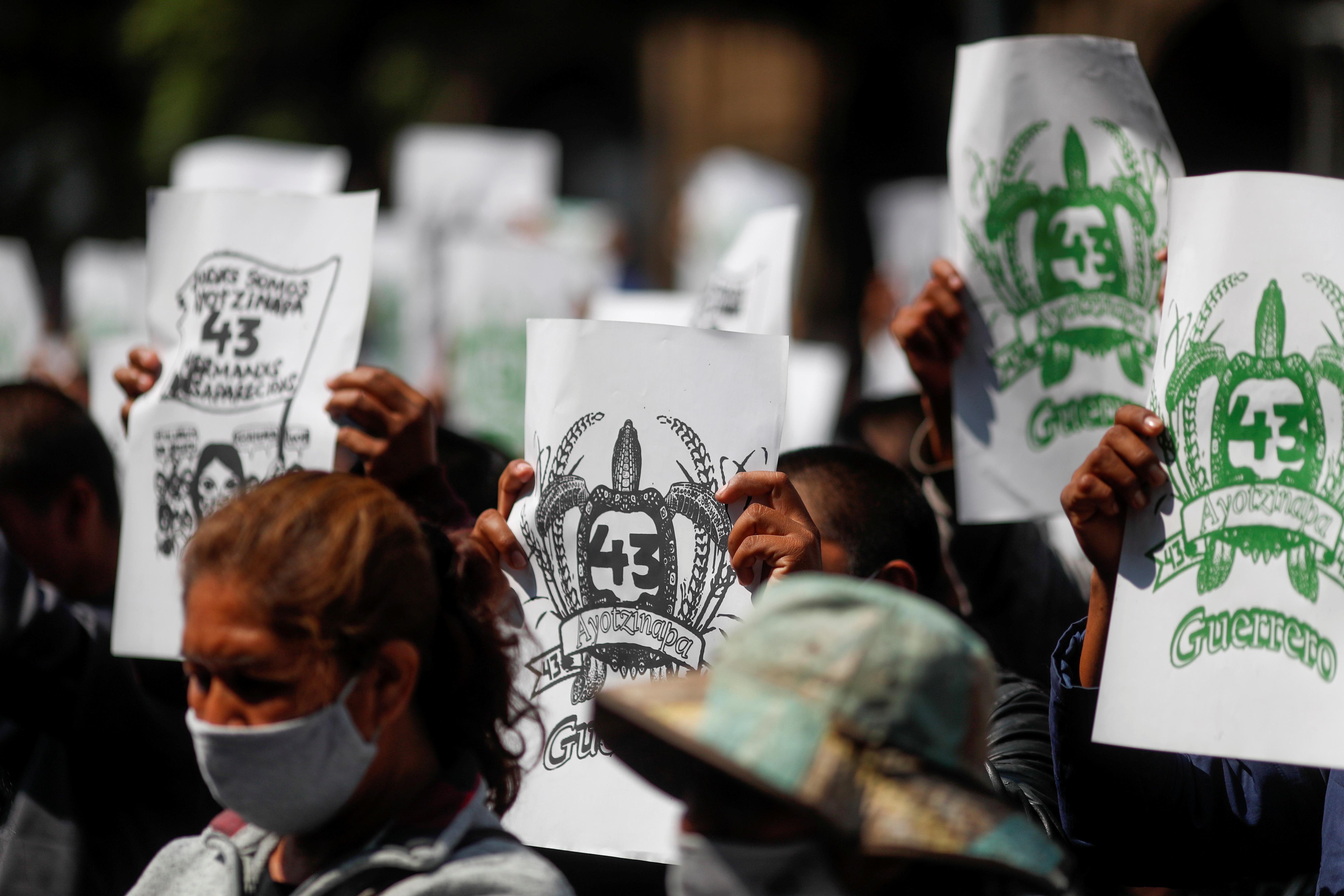 Familiares de estudiantes desaparecidos sostienen pancartas durante una protesta frente a la Corte Suprema de Justicia, antes del sexto aniversario de la desaparición de 43 estudiantes de la Escuela Normal Rural de Ayotzinapa, en la Ciudad de México, México 23 de septiembre de 2020.