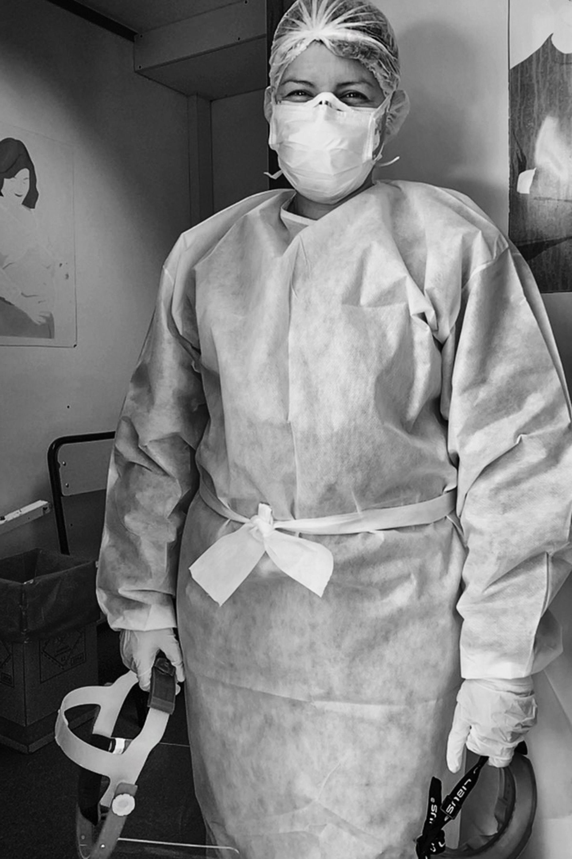 Marcela Ortiz, también es enfermera y es la encargada de tomar las muestras de los hisopados en pacientes sospechosos de estar infectados (Gabriel Rocca)