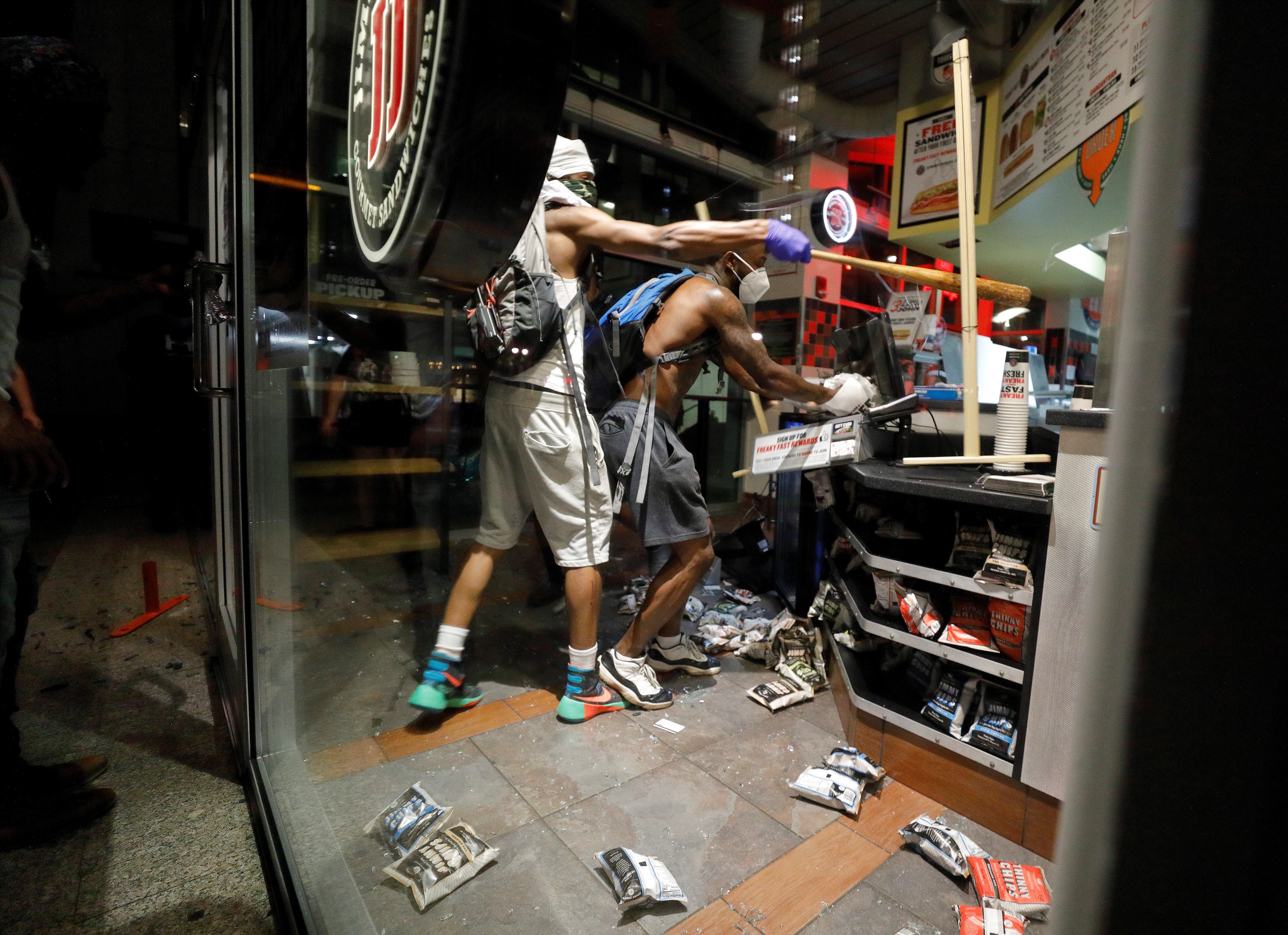 Dos hombres saquean un restaurante de comida ráoida Raleigh, Carolina del Norte
