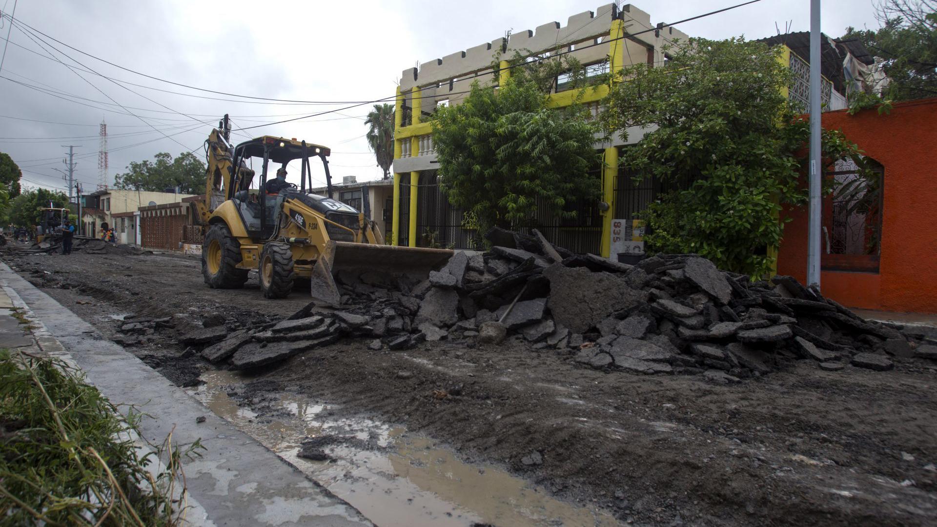 Se requirió del uso de maquinaria pesada para la remoción de escombros que quedaron en las calles de la ciudad.