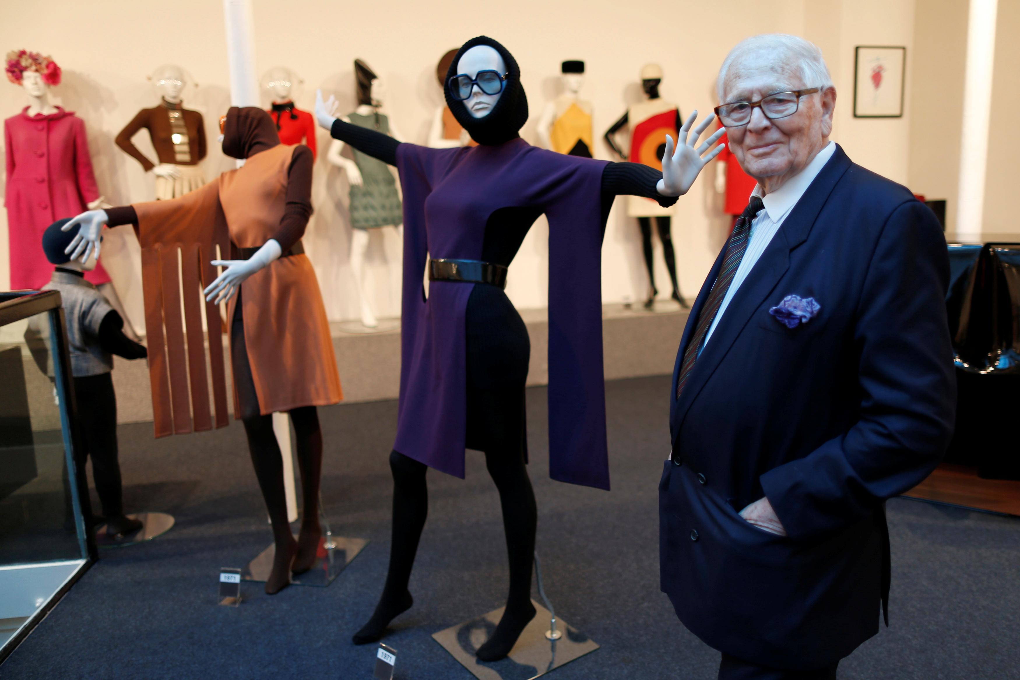 El modisto francés Pierre Cardin, estilista visionario y pionero del prêt-à-porter, falleció el martes a los 98 años. Sus orígenes se sitúan en Italia, en San Biagio di Callalta, en la región de Véneto, lugar en el que nació en el año 1922. Sin embargo, la Segunda Guerra Mundial obligó a su familia a trasladarse a Francia, para en 1945 asentarse en París