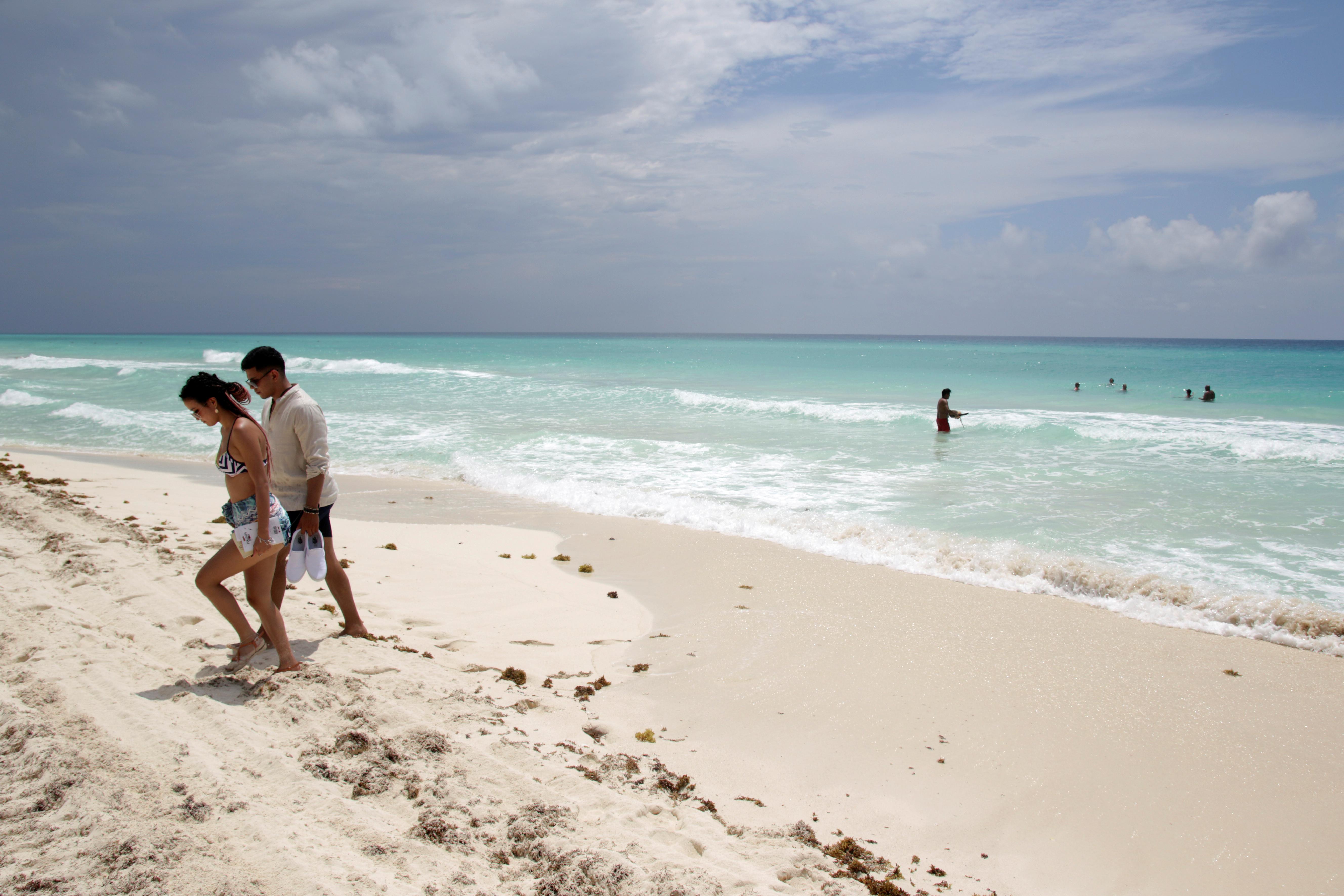 Los turistas se relajan en una playa después de las autoridades locales impusieron estrictas medidas sanitarias para reabrir gradualmente a pesar de la pandemia de la enfermedad por coronavirus (COVID-19), en Cancún, México, el 11 de junio de 2020. Foto: Reuters.