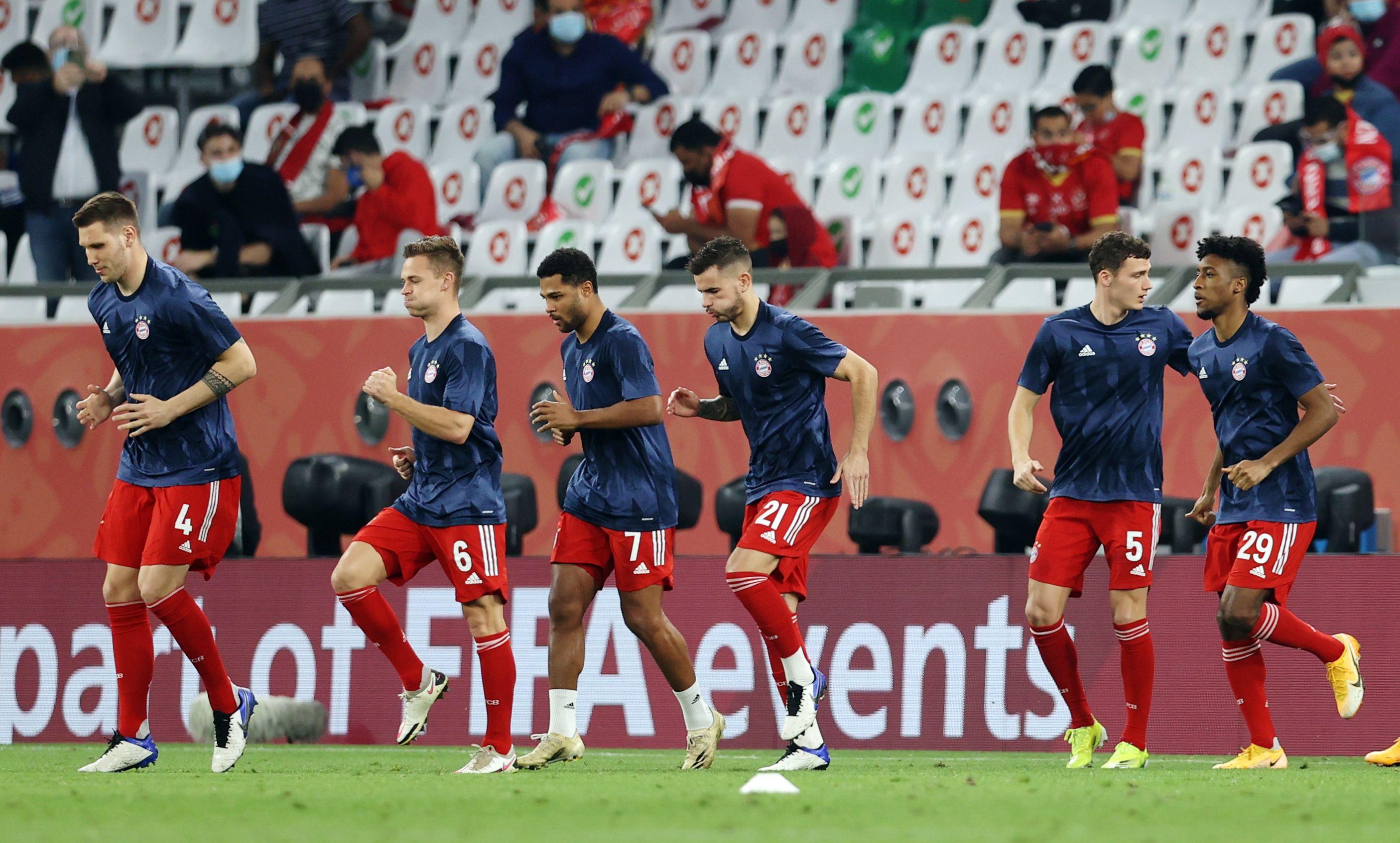 Jugadores del Bayern Múnich calientan antes del juego. Estadio Ciudad de la Educación en Rayán, Catar