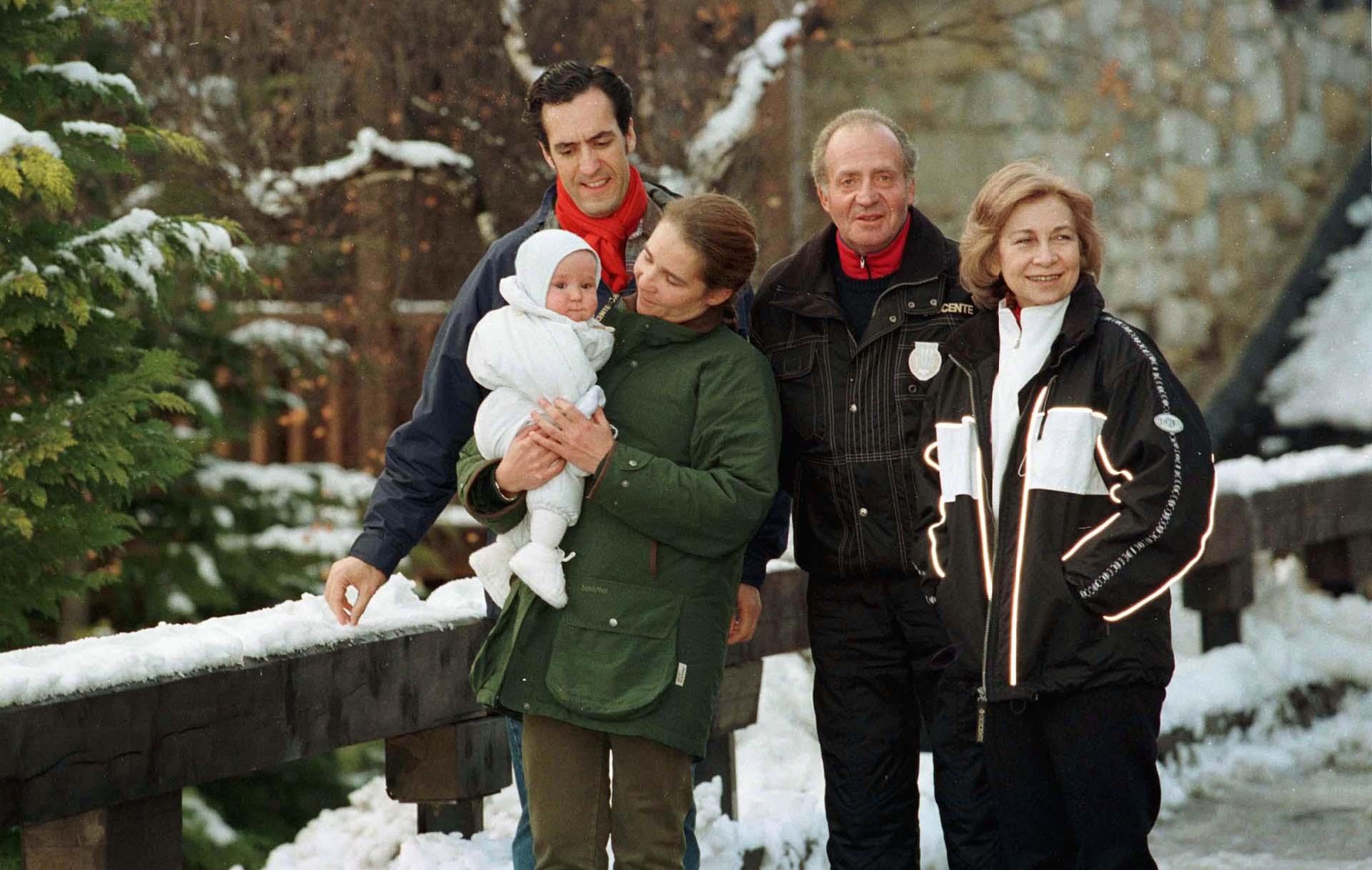 Juan Carlos junto a la reina Sofía, su hija Cristina e Iñaki Urdangarín un centro de ski en España en 1999 (Shutterstock)