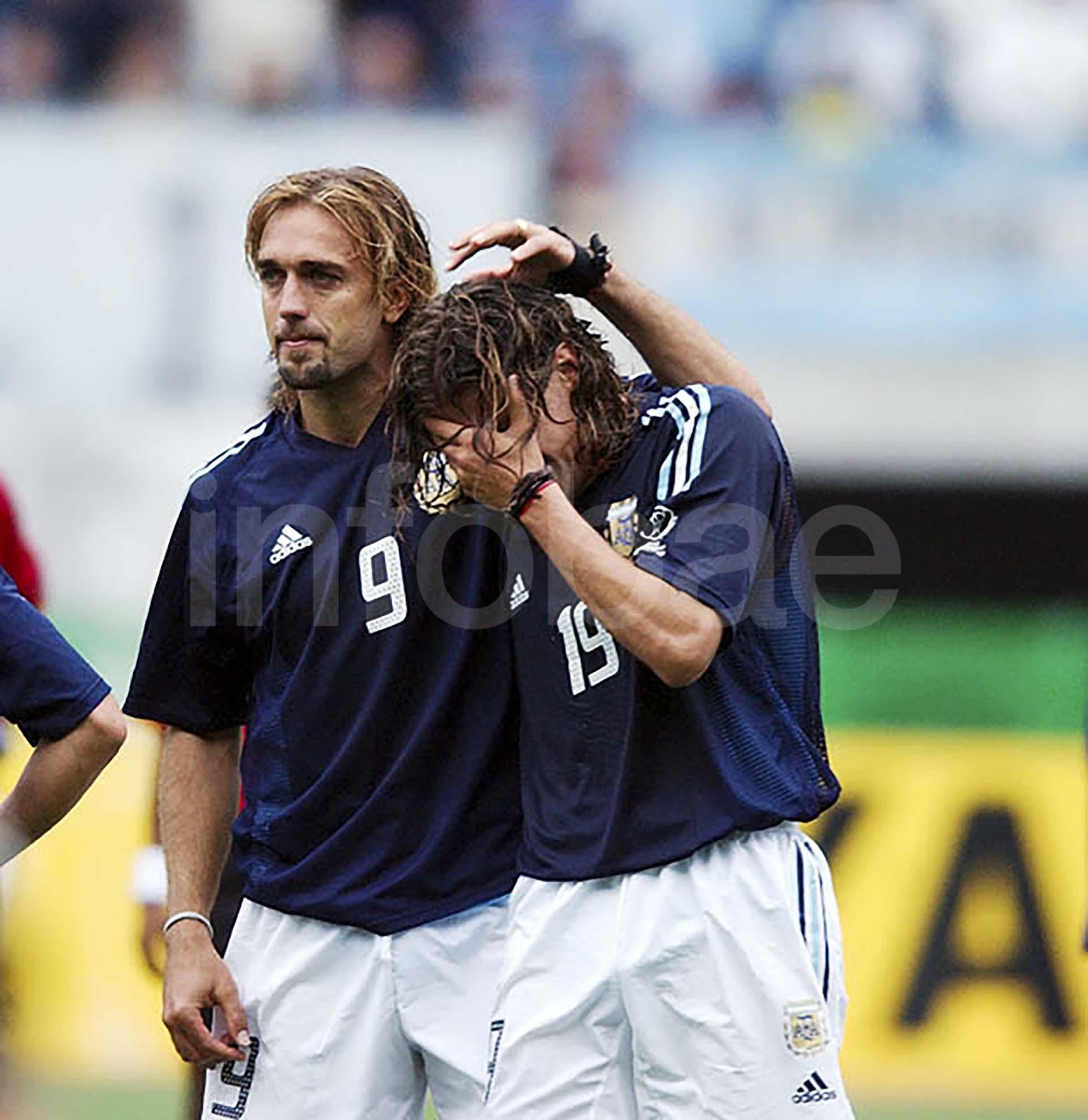 Gabriel Batistuta consuela a un Hernán Crespo devastado por la eliminación de Argentina en primera ronda en Corea-Japón 2002